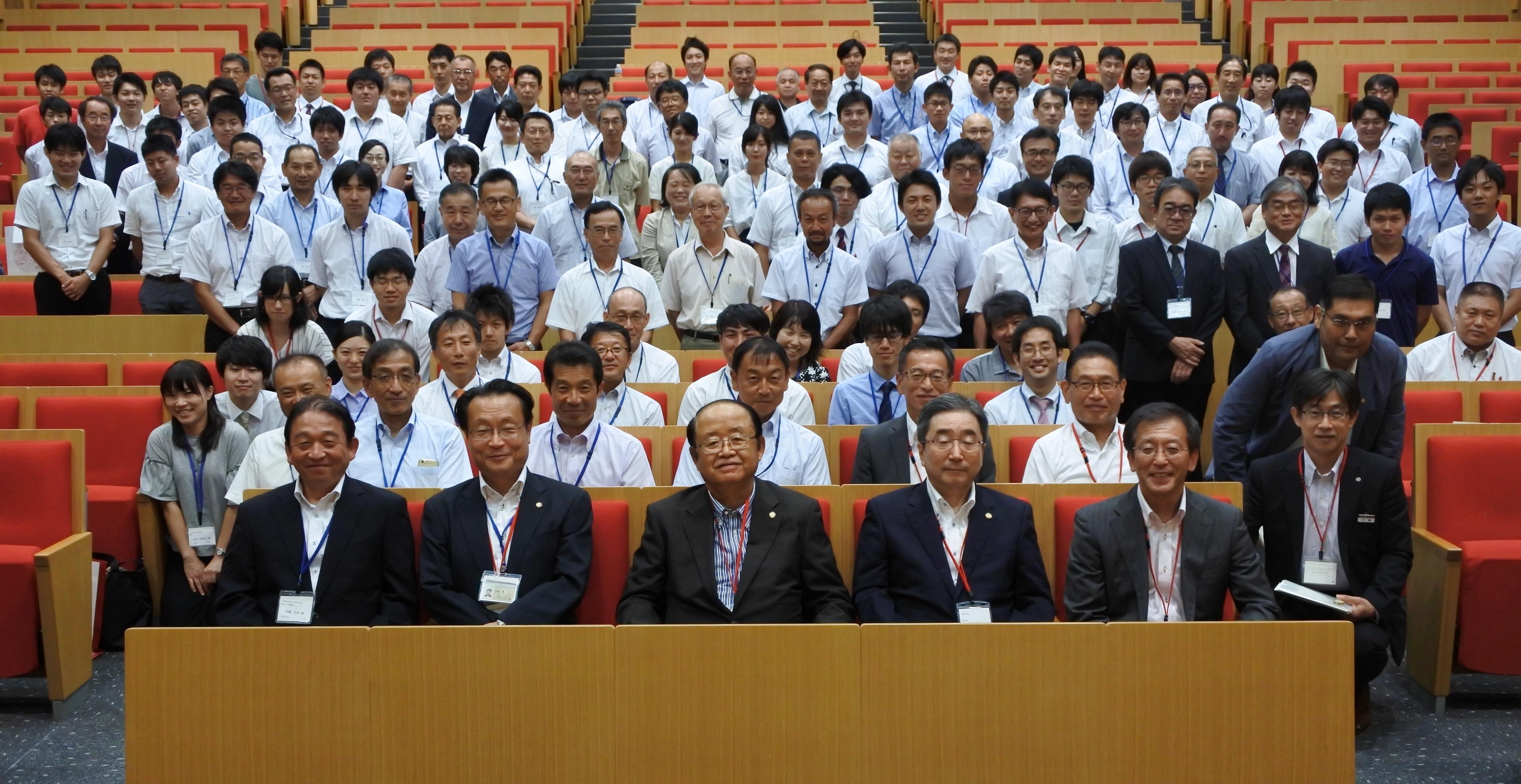 立花理事長(最前列中央)と記念写真に納まる参加者