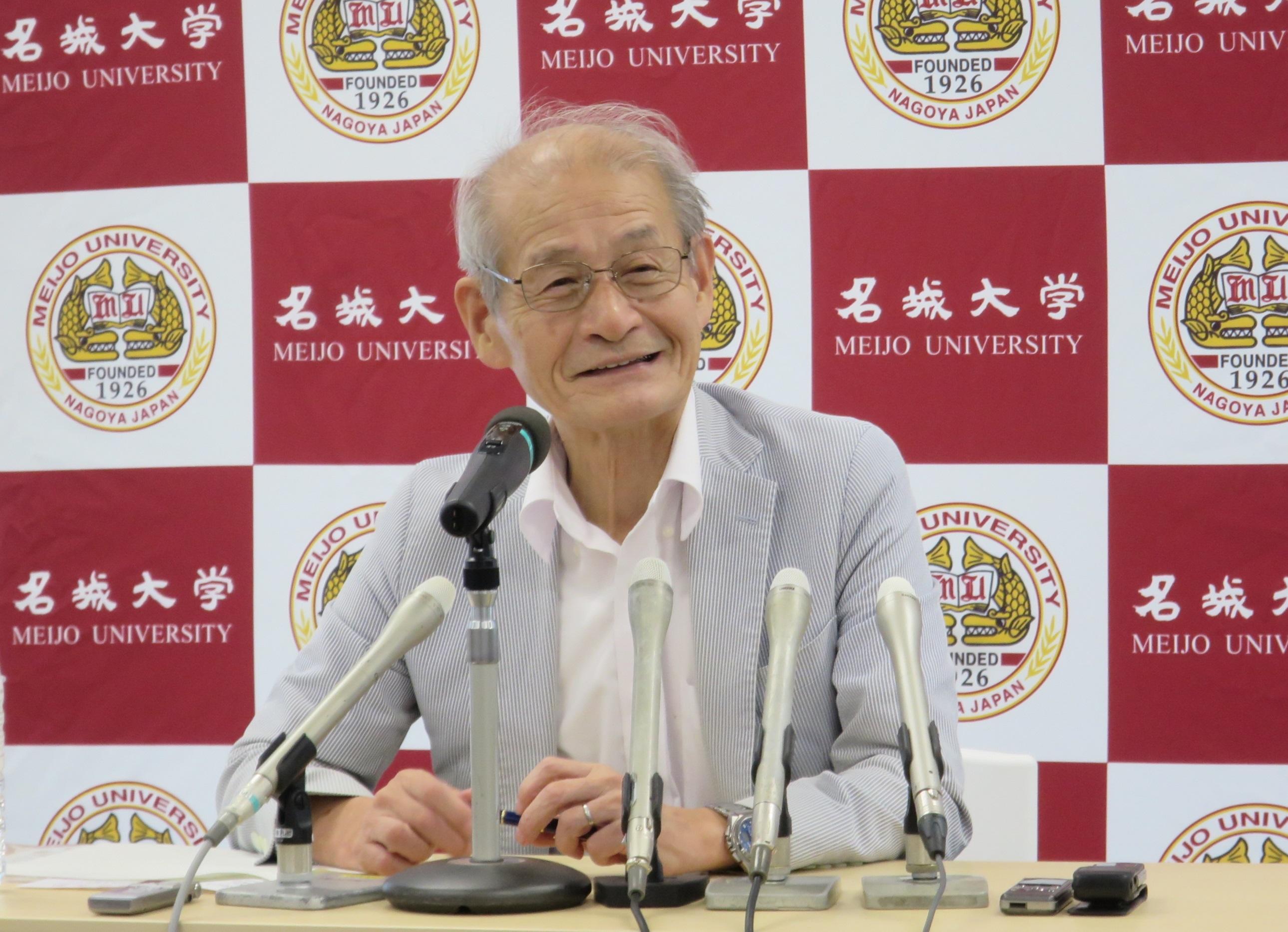 記者会見する吉野教授