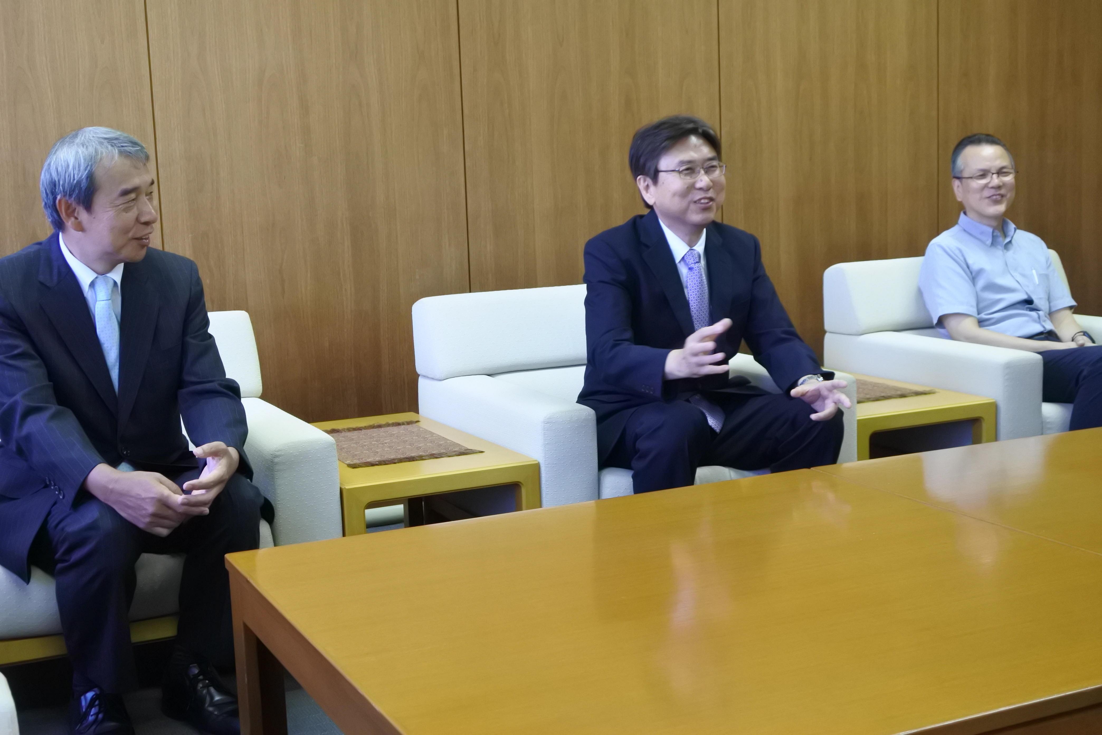 論文の概要を説明する岡村さんと、加鳥裕明研究科長(左)、楊剣鳴教授(右)