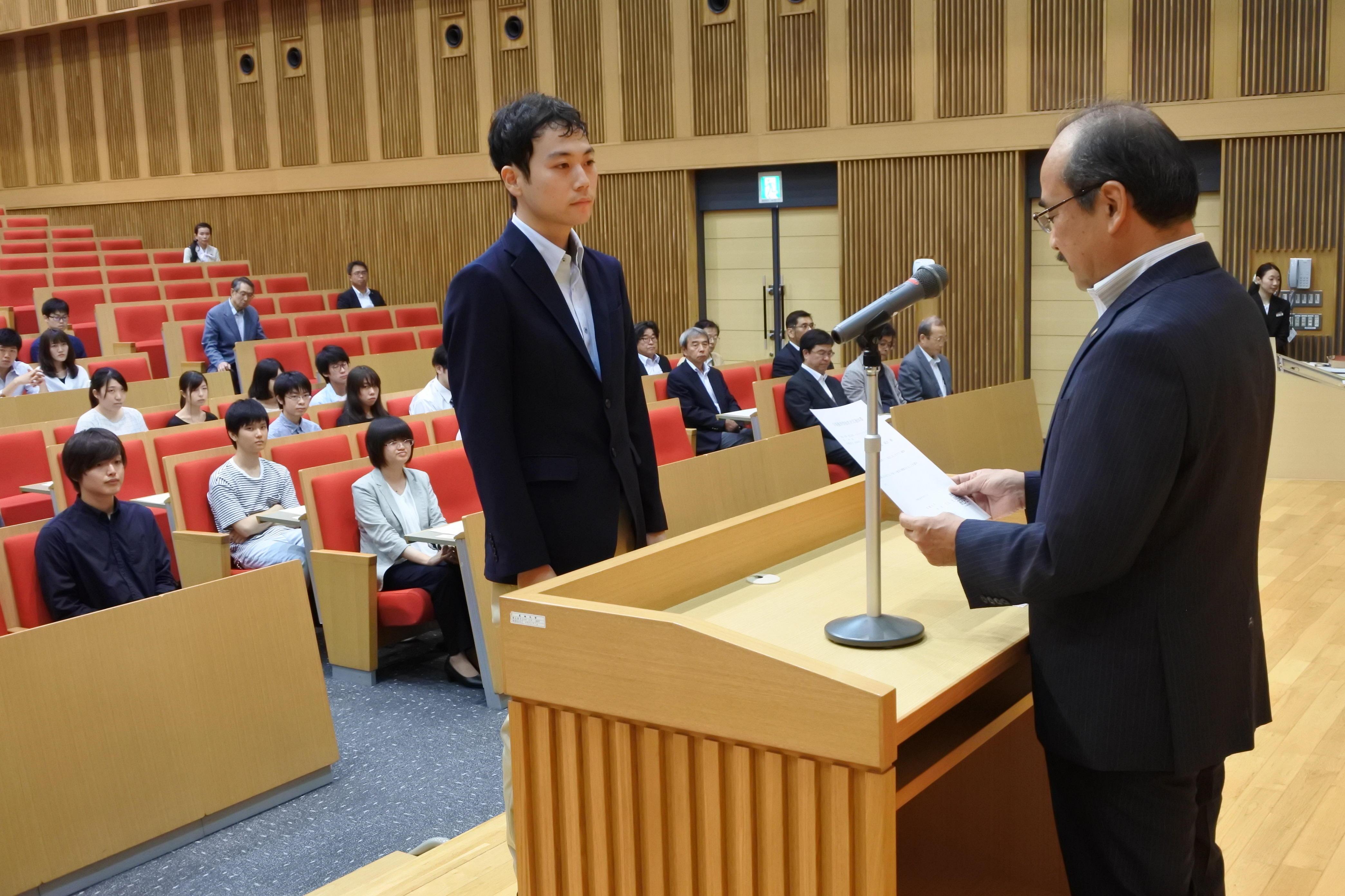 学業優秀奨励者を代表して図書カードを受け取る松尾純汰さん