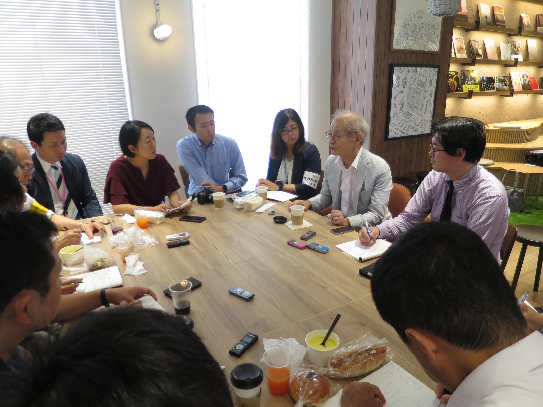 記者に囲まれ懇談する吉野教授