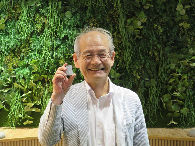リチウムイオン電池を手にする吉野彰教授