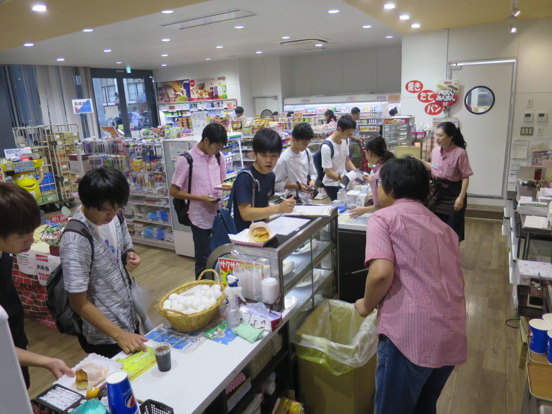 ラボカフェで100円朝食を買う学生たち