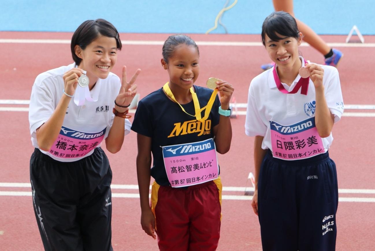 金メダルを手に笑顔の髙松さん