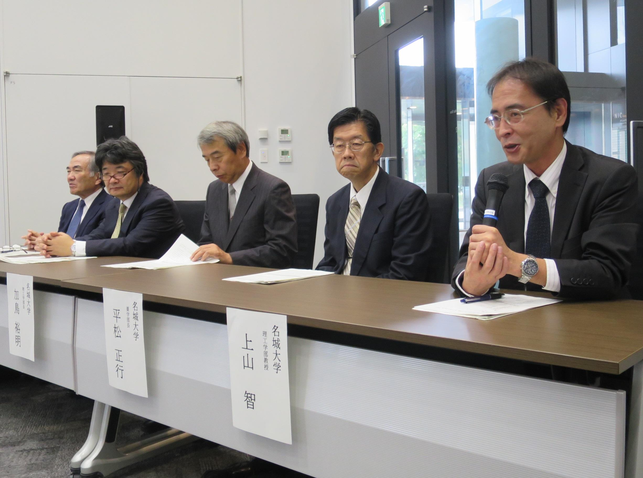 窒化ガリウム研究の意義を説明する上山智教授(右端)