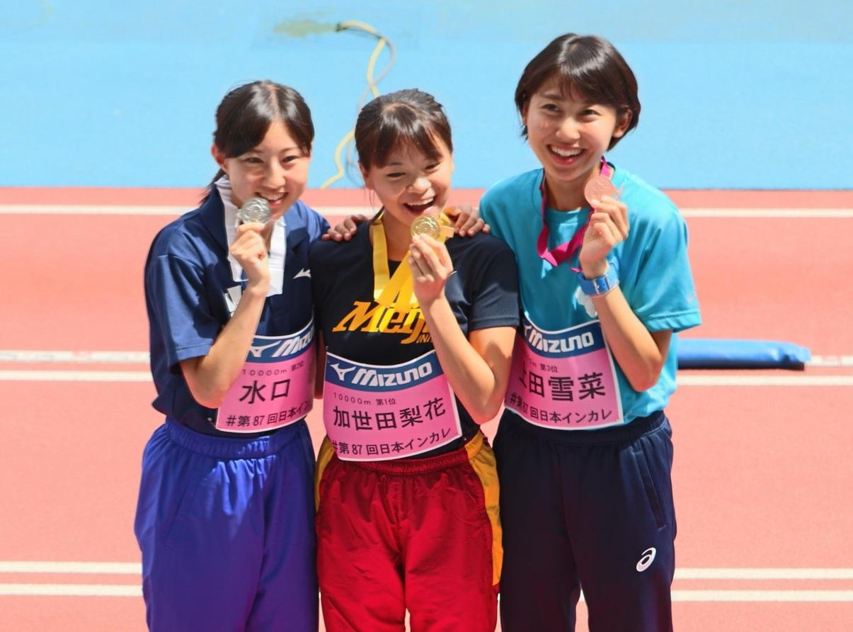 金メダルを手に喜ぶ加世田さん