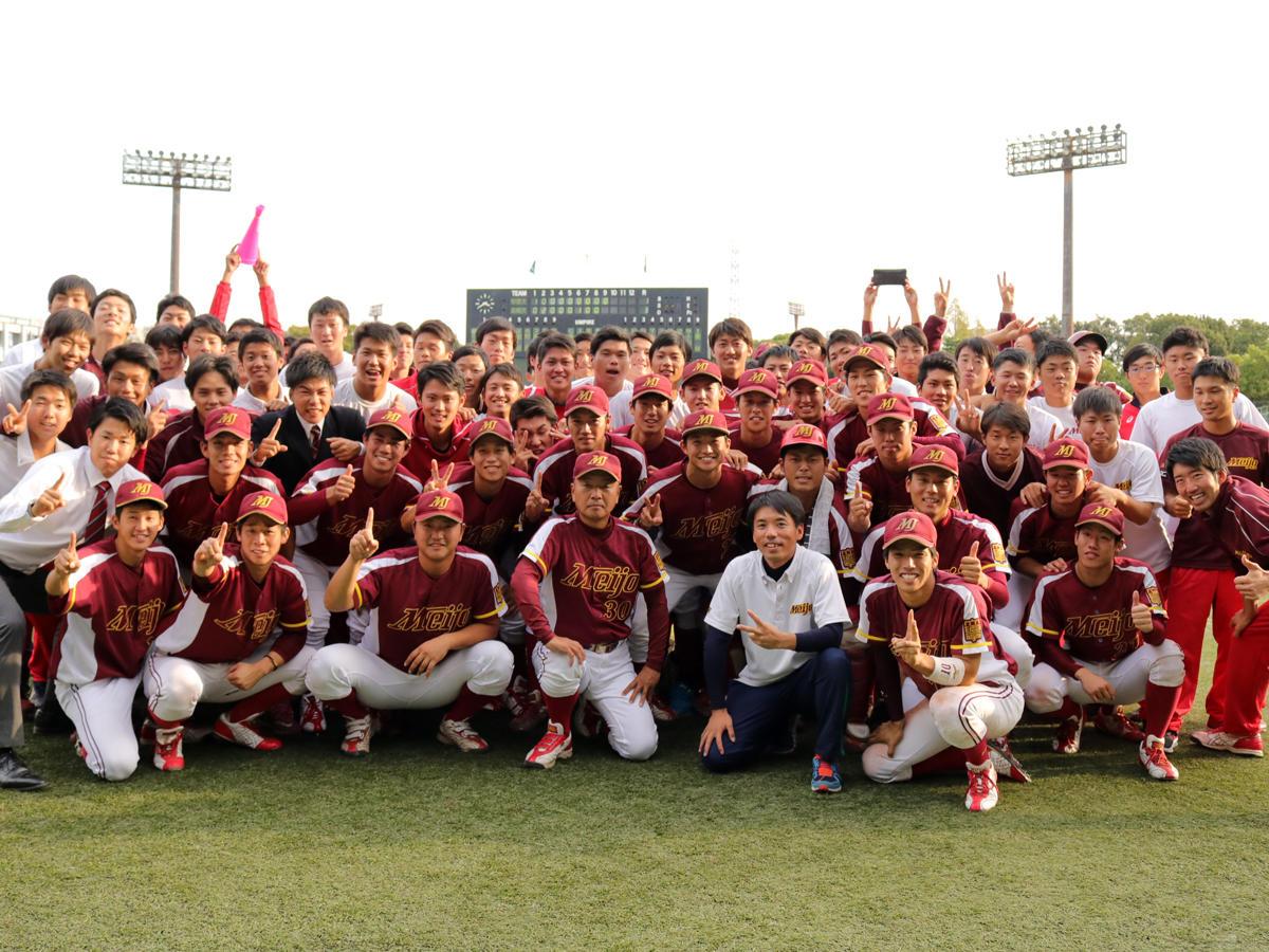 優勝を喜ぶ硬式野球部員ら