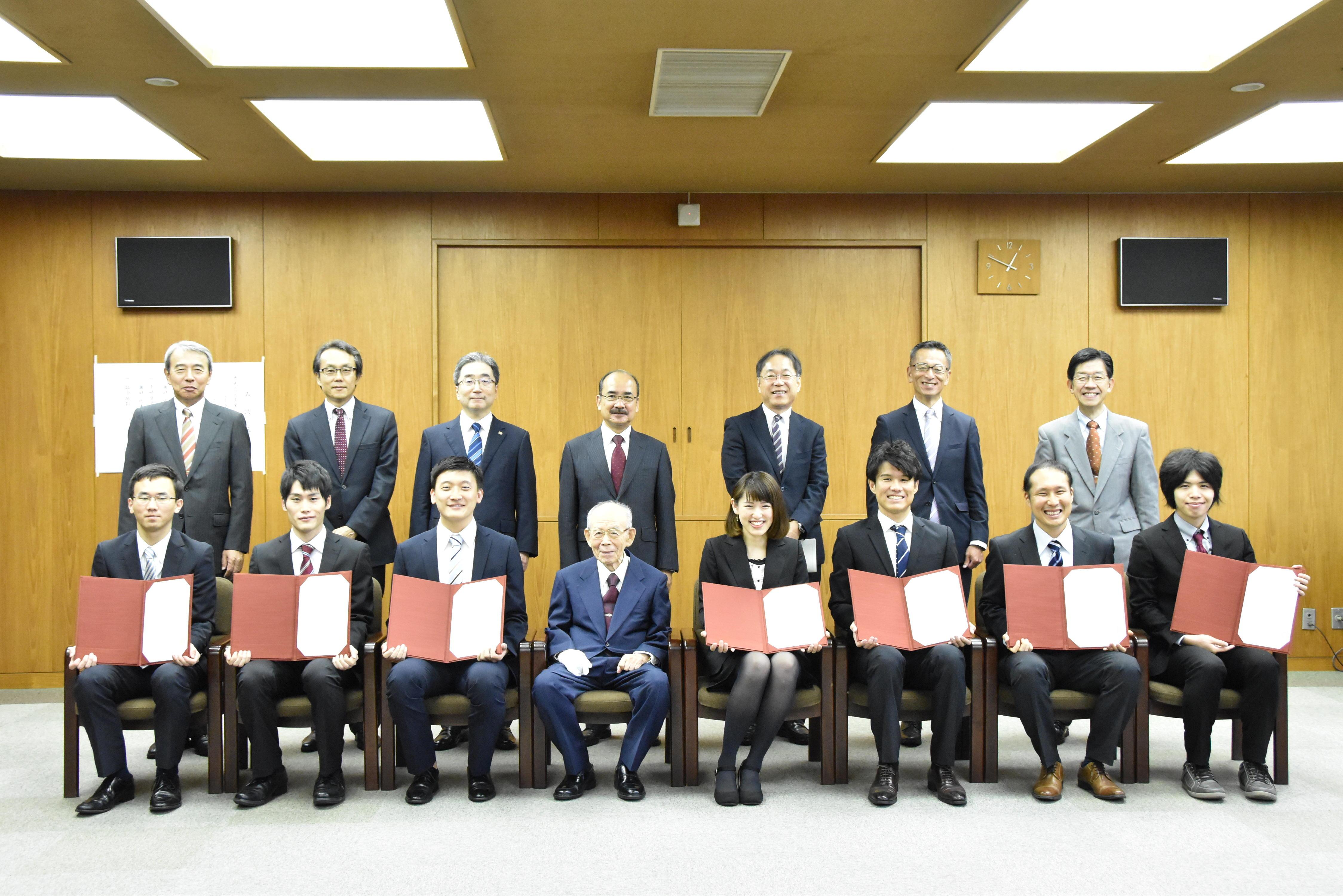 (前列左から)中村さん、近藤さん、リュウさん、赤﨑終身教授、内田さん、柘植さん、伊藤さん、山下さん