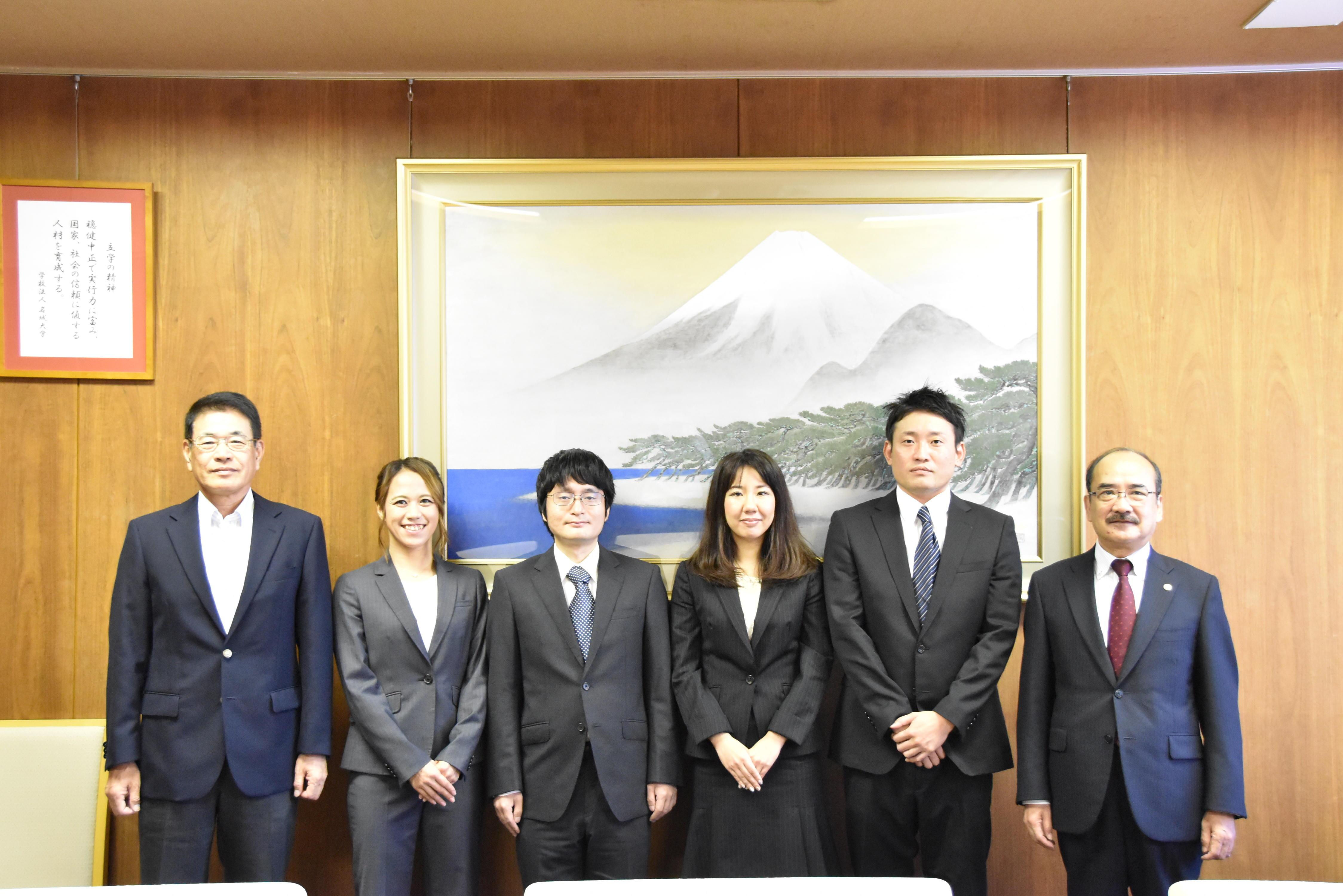 (右から)吉久学長、石津さん、杉野さん、城所さん、髙嶋さん、日比野法務研究科長