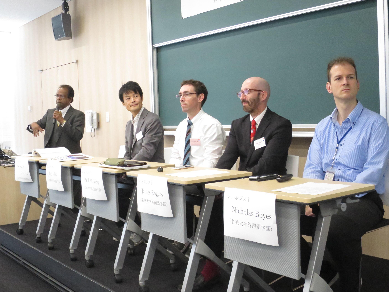 外国語学部の事例報告をするクマーラ学部長(左端)ら