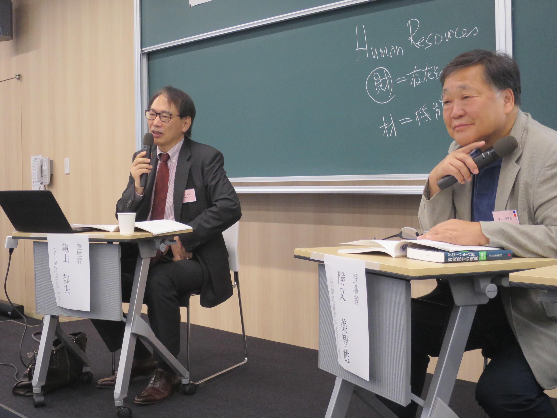 亀山学長(左)と勝又名誉教授のトークショー