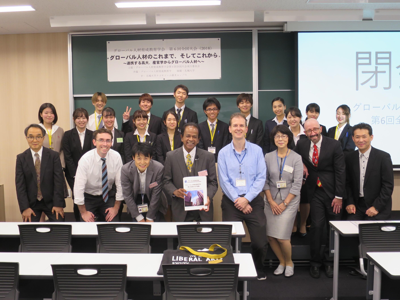 学会を成功に導いた外国語学部教員、学生ら