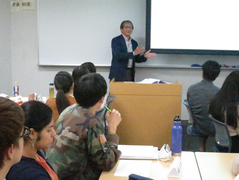 基礎セミナーで問題提起する長澤教授