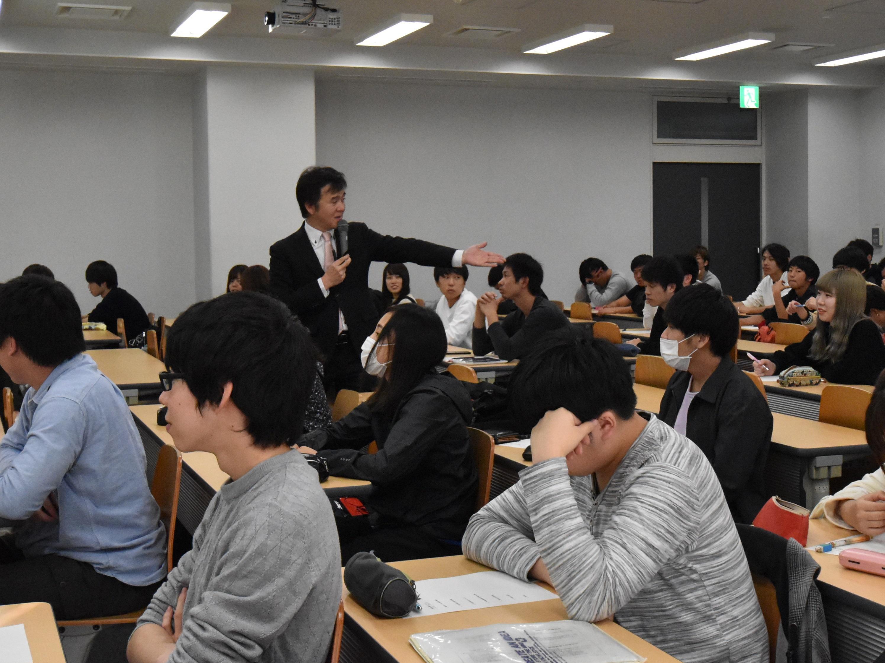学生に質問を投げかける武山税理士