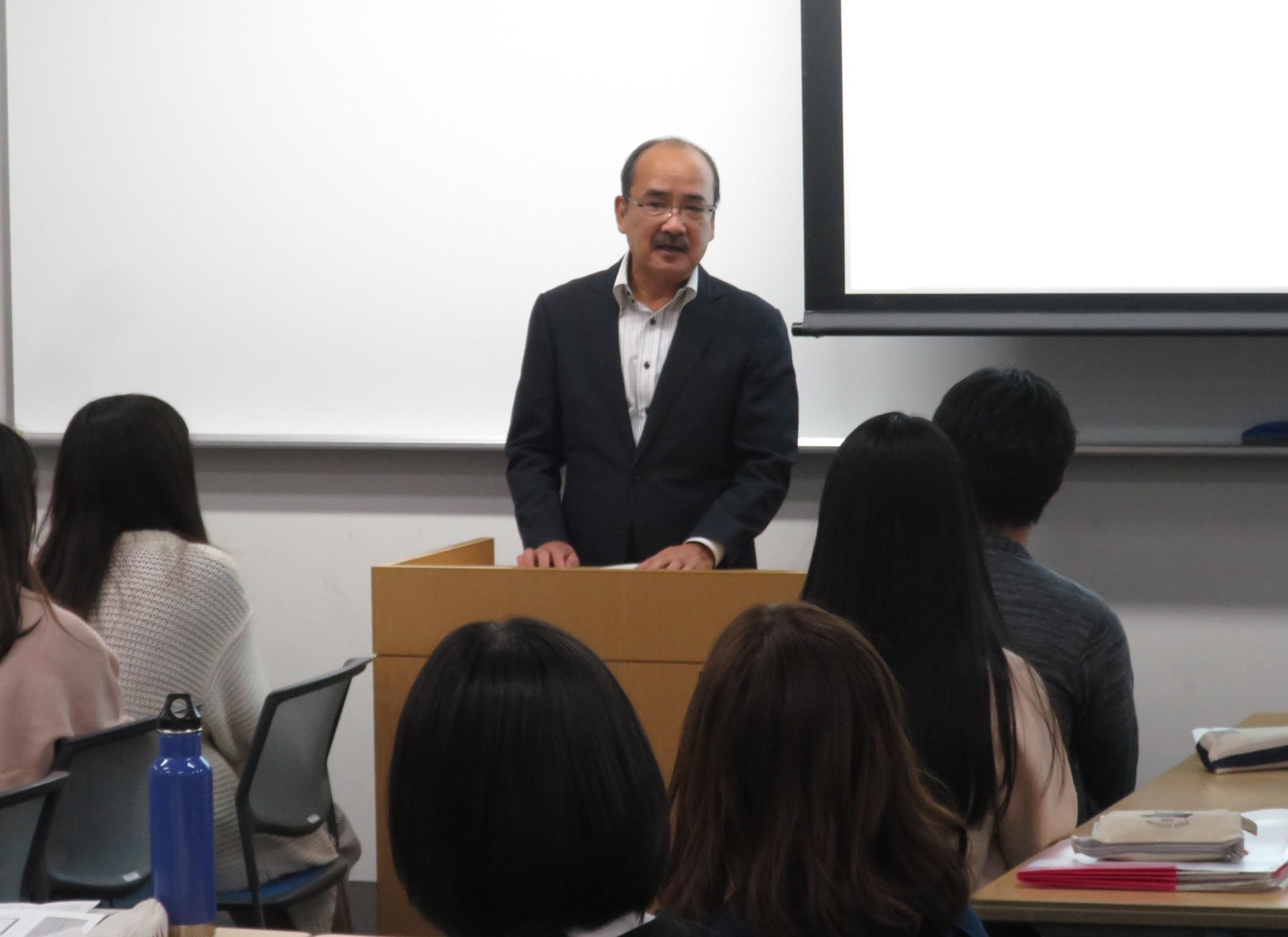 チャレンジ支援プログラムの参加者を激励する吉久学長