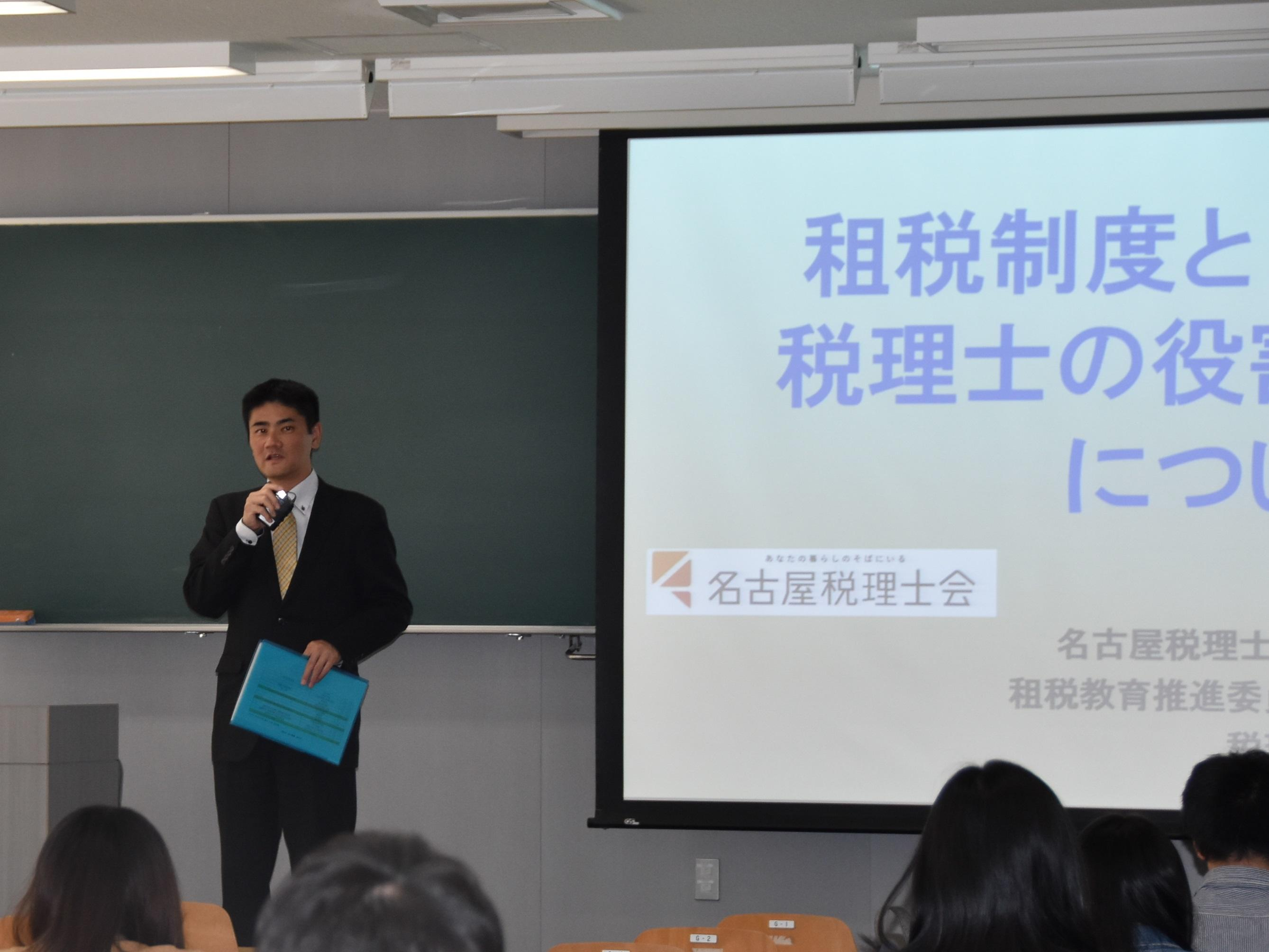 講義について説明する伊川教授