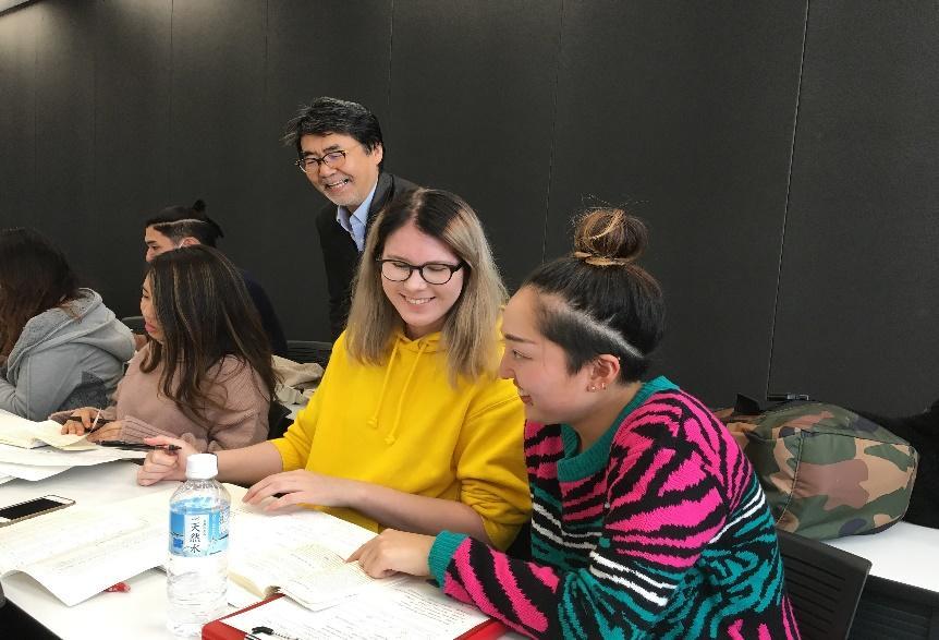 「日本文学研究」の授業でペアワークに取り組むクリスティーナ・サビアロフさん(クィーンズランド工科大学)