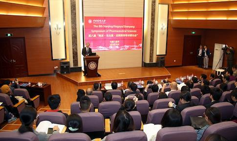 開会式で司会進行する中国薬科大学副学長Lingyi Kong教授