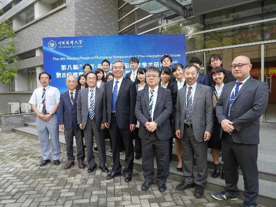 閉会式後に中国薬科大学副学長Lingyi Kong教授(写真中央)と写真に納まる参加者ら