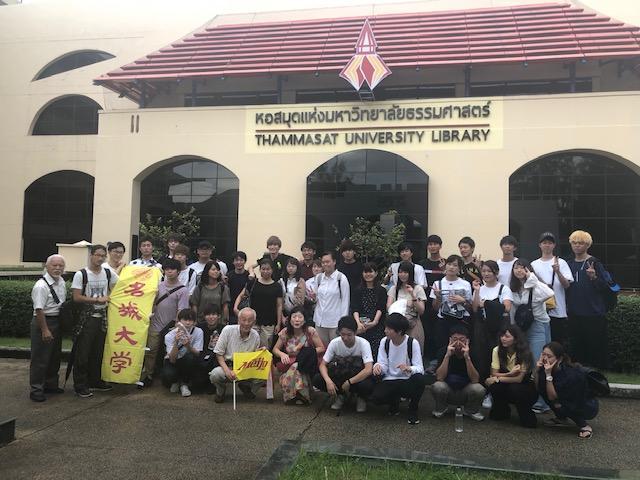 タマサート大学で記念写真に納まる参加者