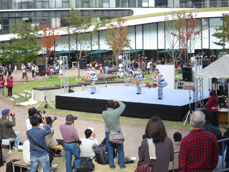 大学祭を盛り上げたチアドラゴンズの演技
