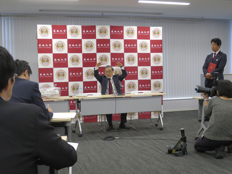 記者の質問に答える福田教授