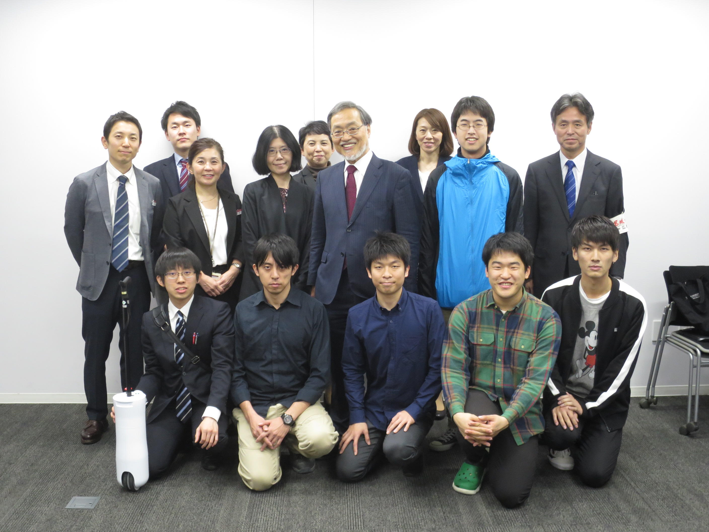 学生らと写真に納まる福田教授