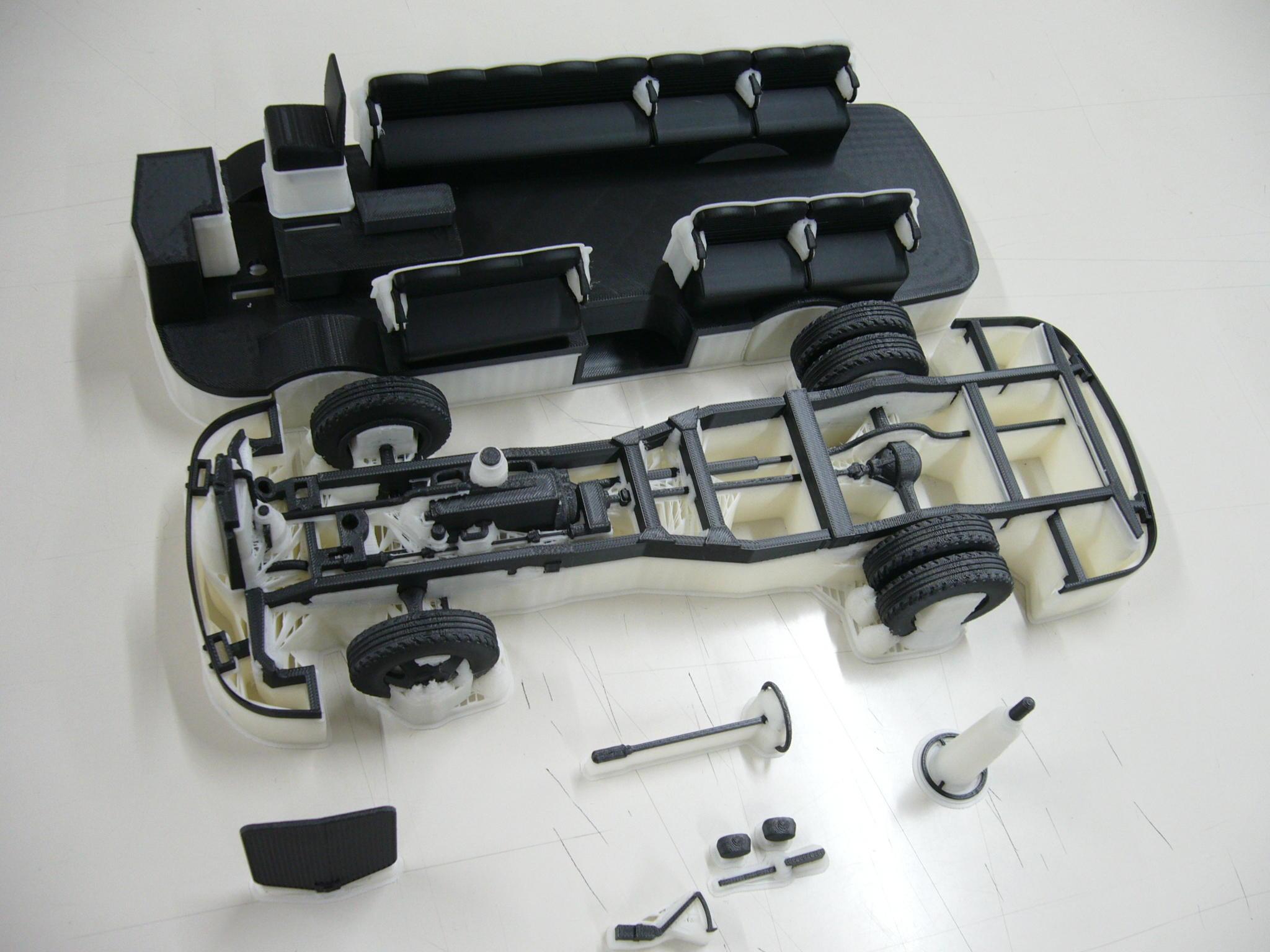 3Dプリンターで加工した車台、タイヤなど