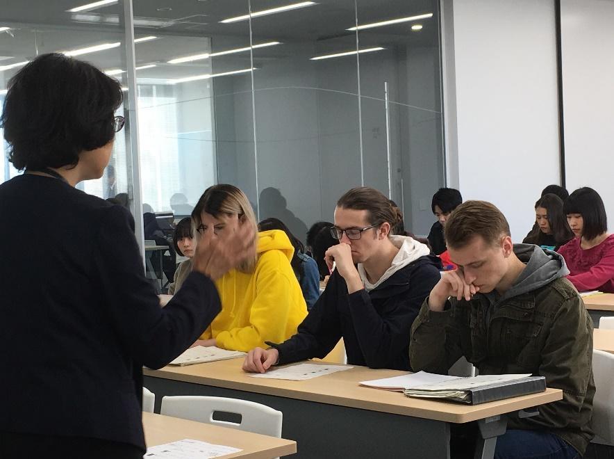 前列に陣取り、真剣に「日本のツーリズム」の授業を受ける留学生たち