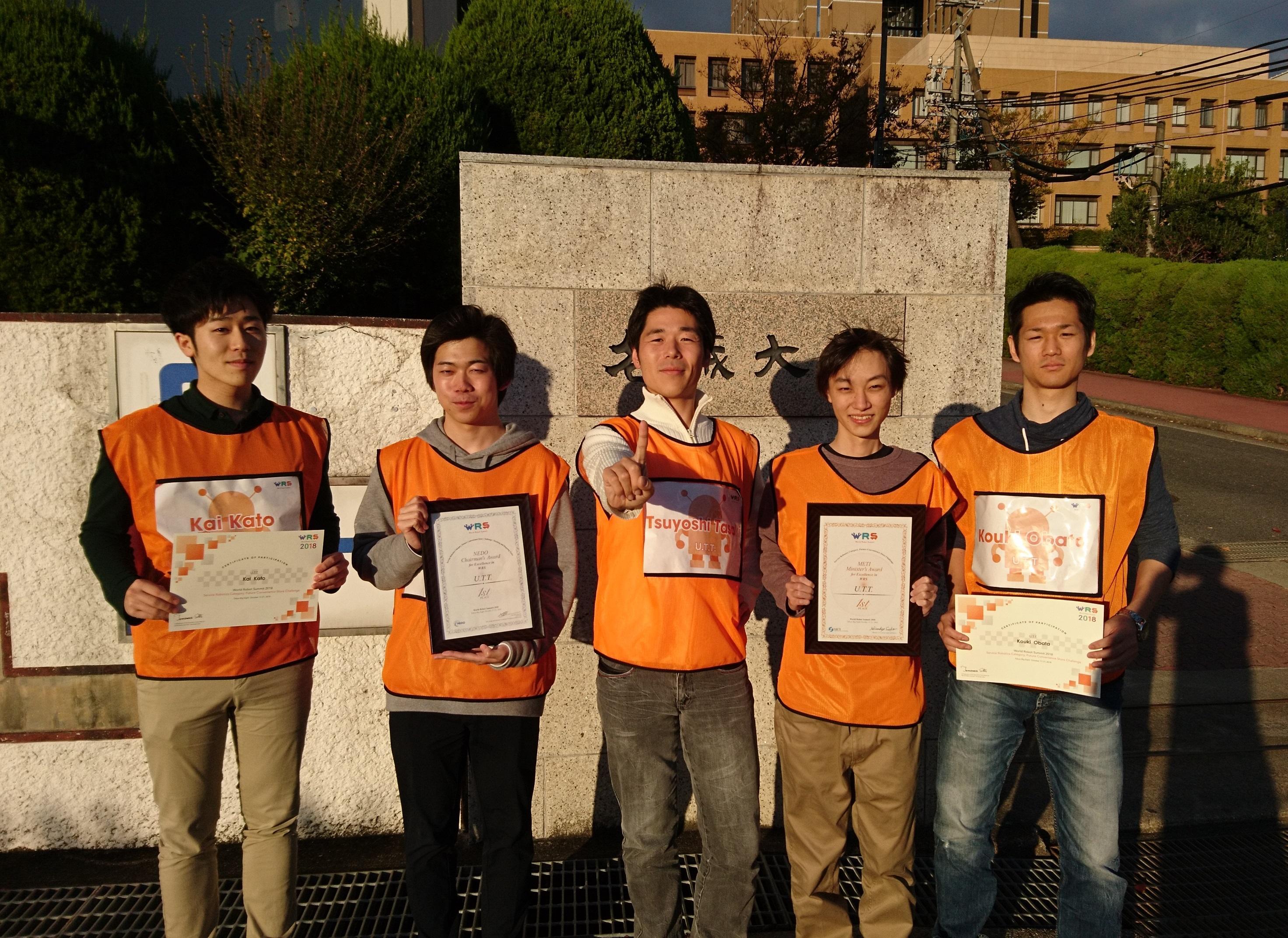 賞状を手にする(左から)加藤魁さん、山盛航輝さん、田崎豪准教授、熊﨑誠さん、小俣航希さん