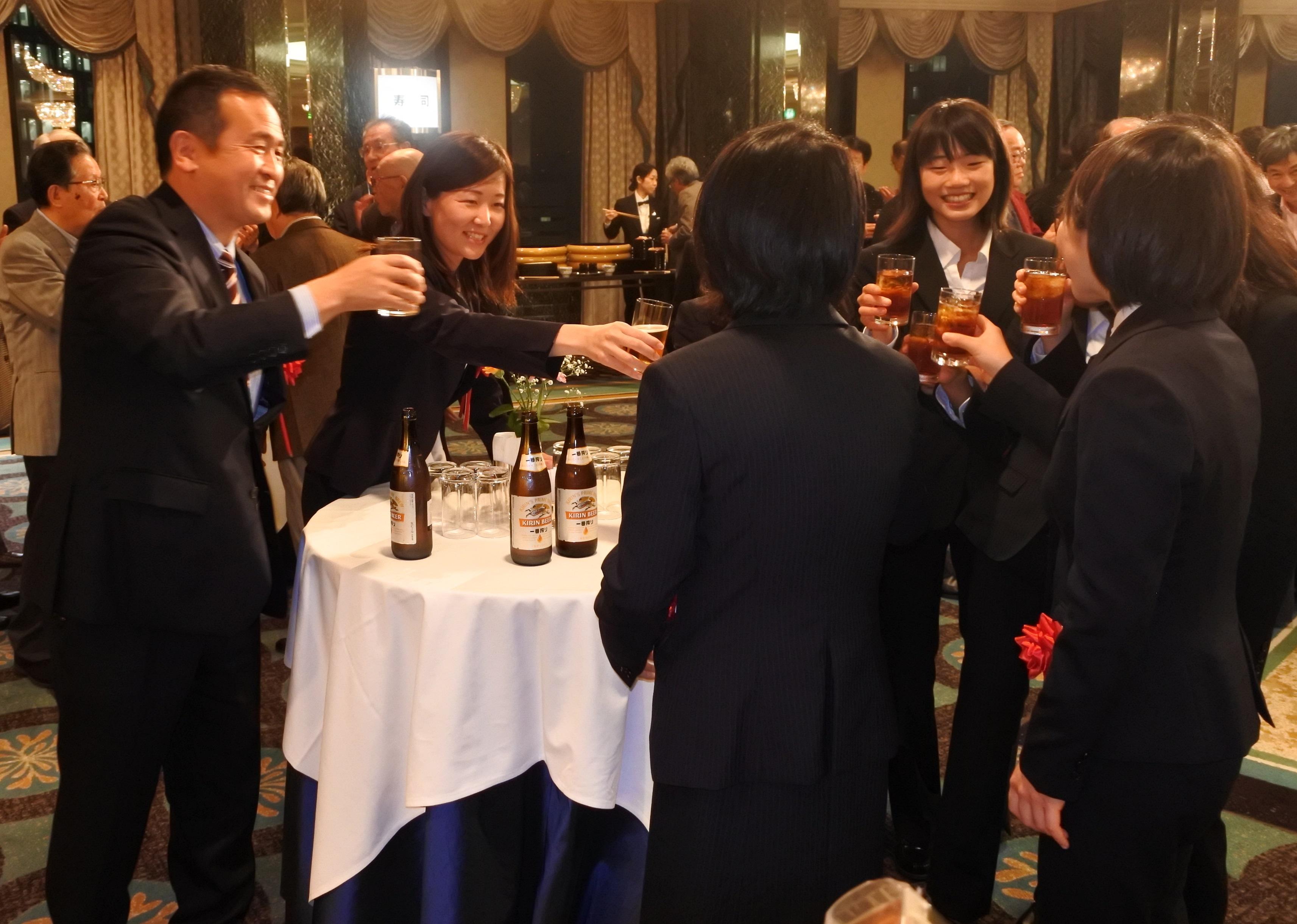 乾杯する米田監督(左)ら