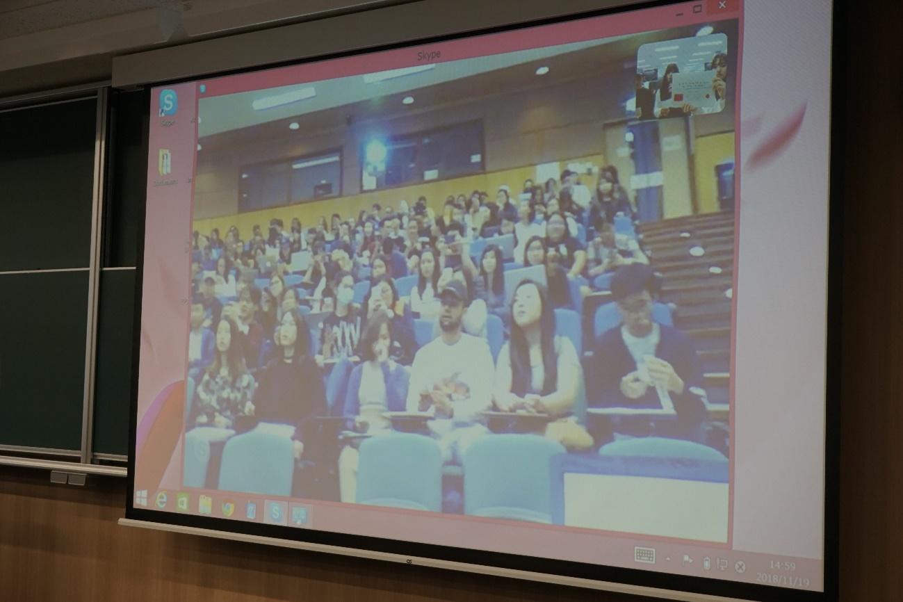 ビデオカメラを通じて映し出される香港教育大学の学生。名城大学生の発表を待っている。