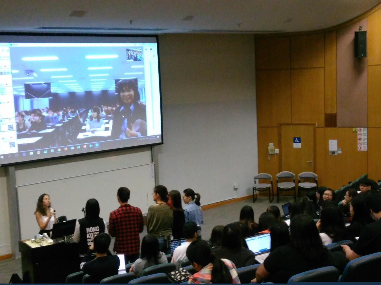 香港教育大学のスクリーンに映った名城大学の教室。前にいるのは香港教育大学のアリス・ムーリマス博士