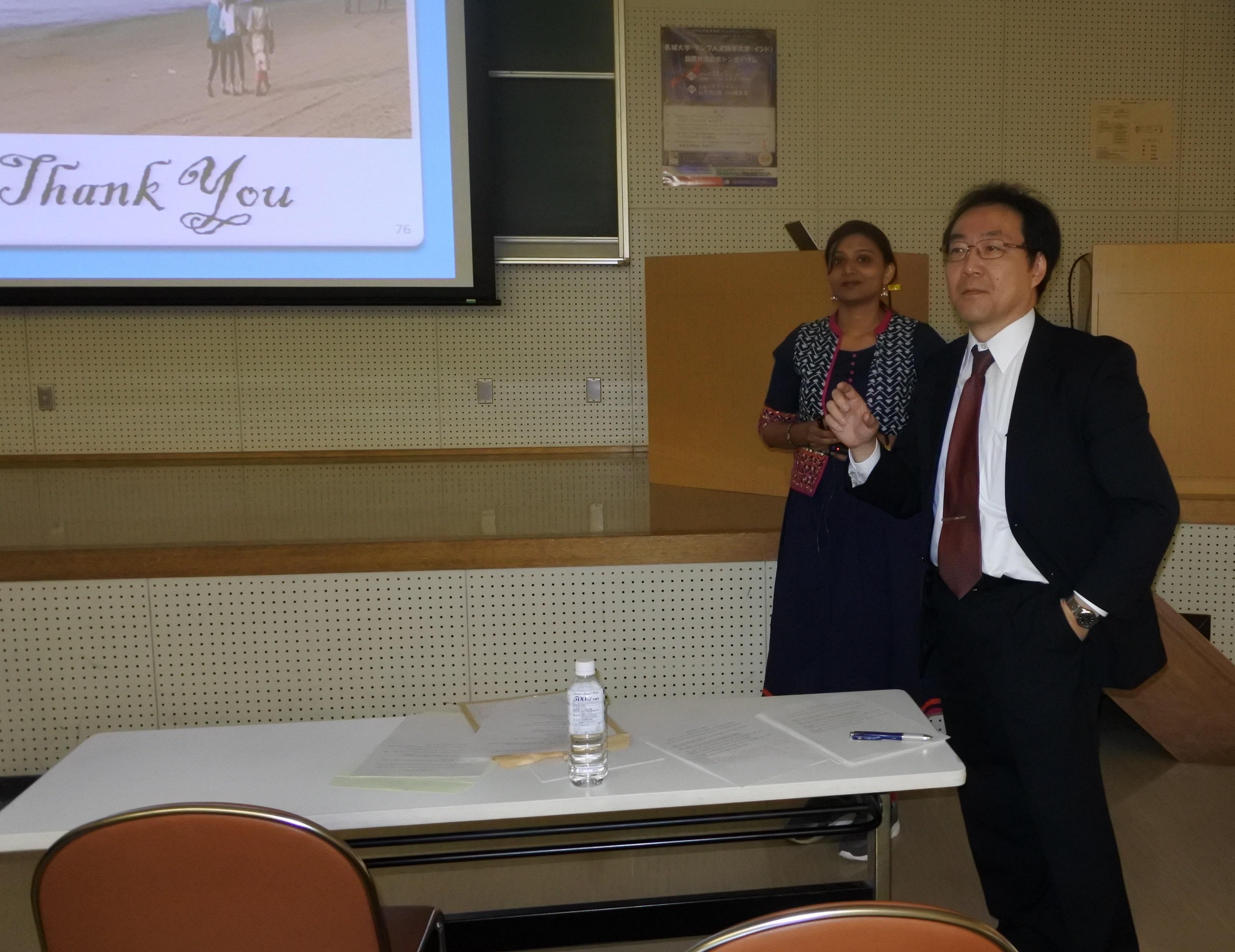 丸山隆浩教授(右)とデュルガ・カーマット博士