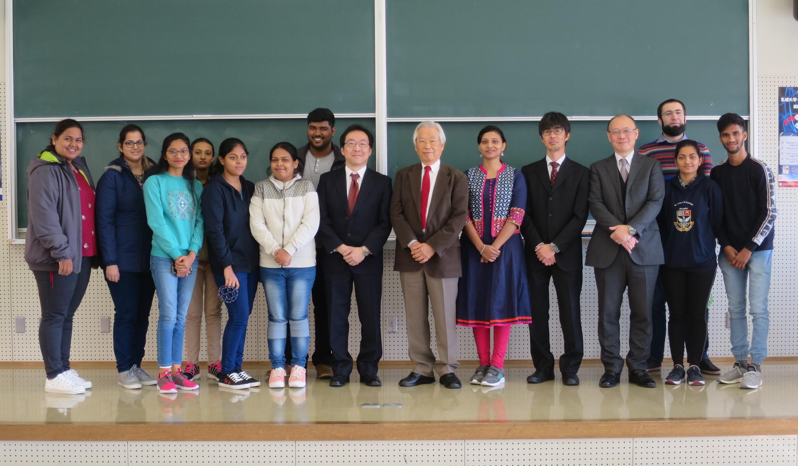 シンポジウムの後で記念写真に納まる飯島澄男終身教授(右から7人目)ら