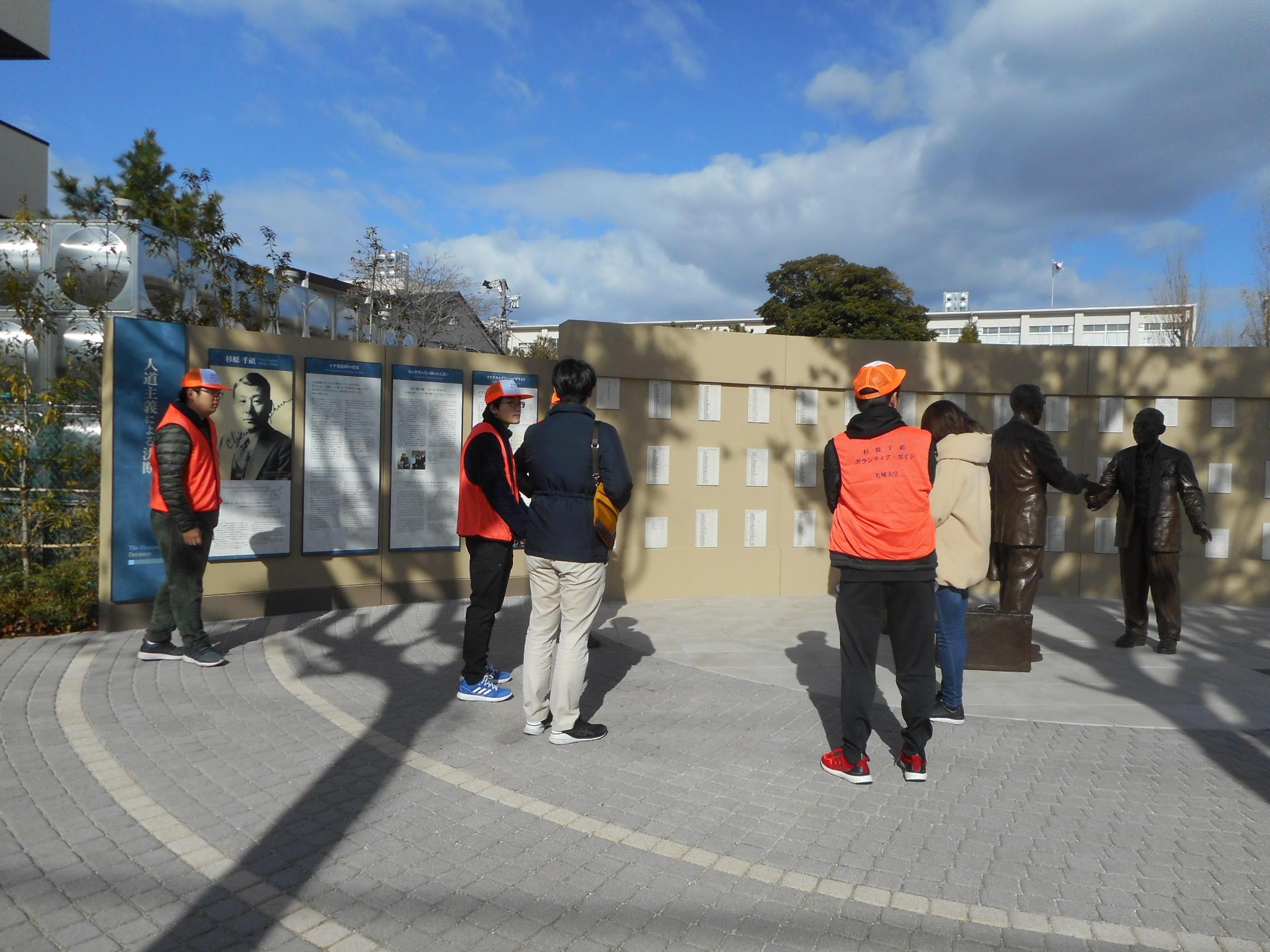 杉原千畝広場でガイドするボランティアたち