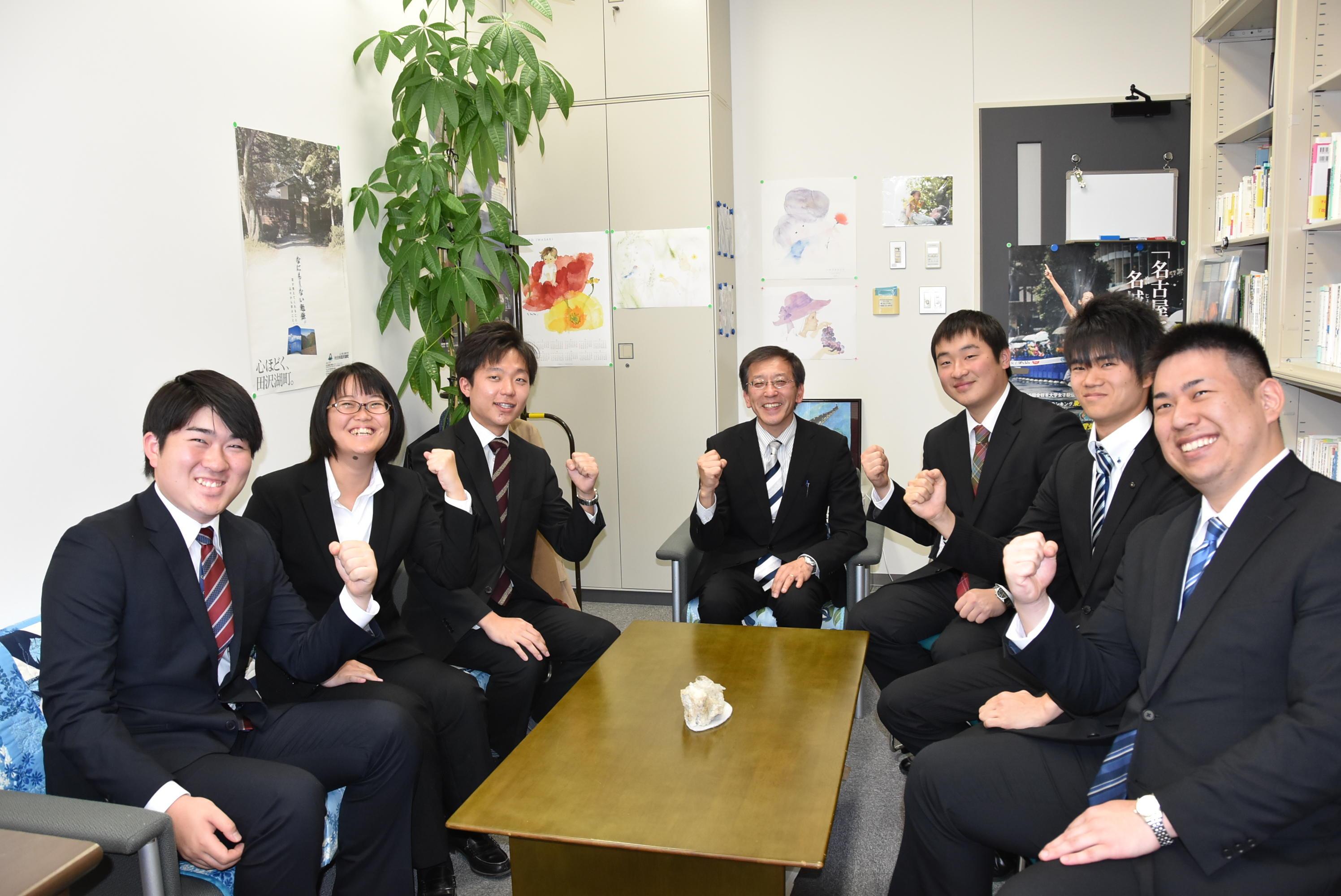 笑顔でガッツポーズする(右から)谷下さん、鳥居さん、三尾さん、曽山教授、榊原伶兼さん、村田さん、榊原有吾さん