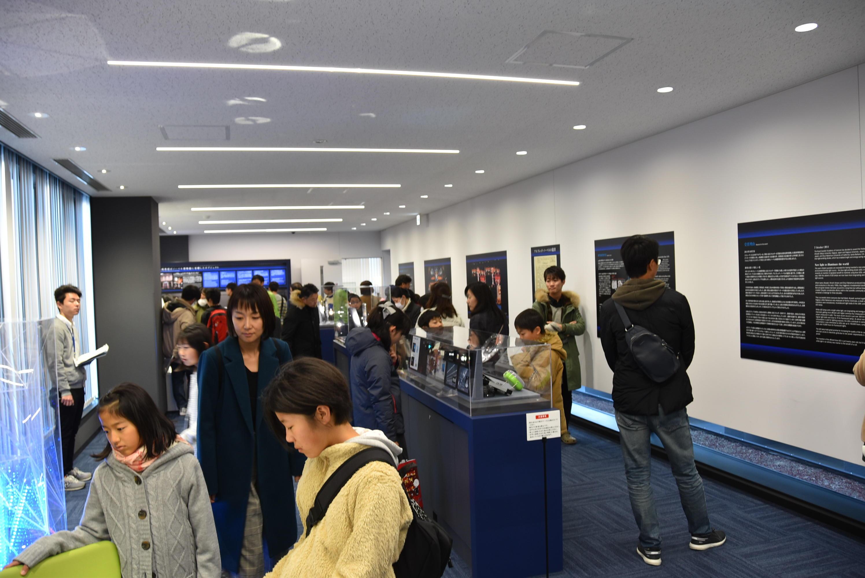 赤﨑・天野ノーベル賞記念展示室の展示に見入る参加者