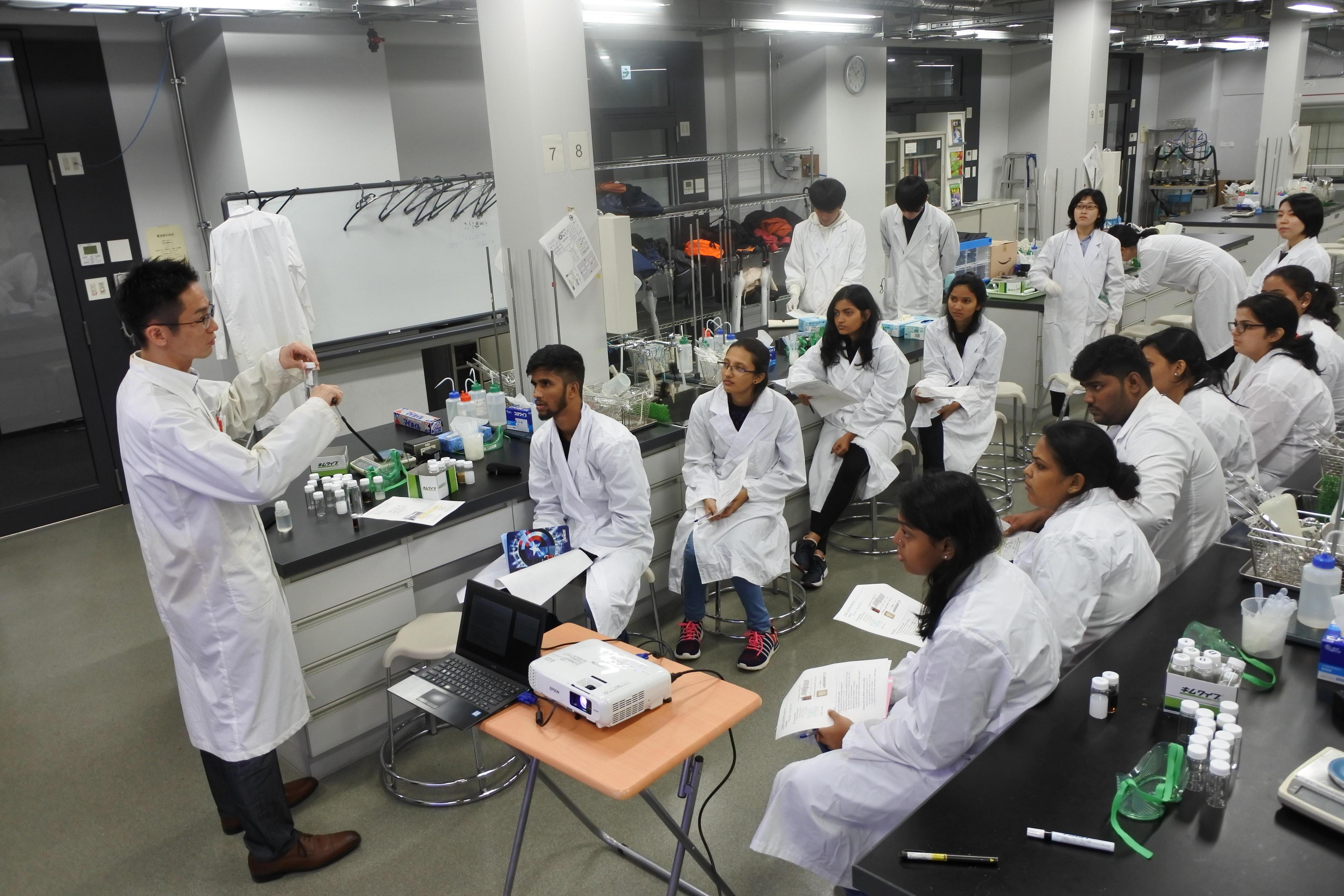ナノ粒子の模擬実験を前に説明する才田准教授