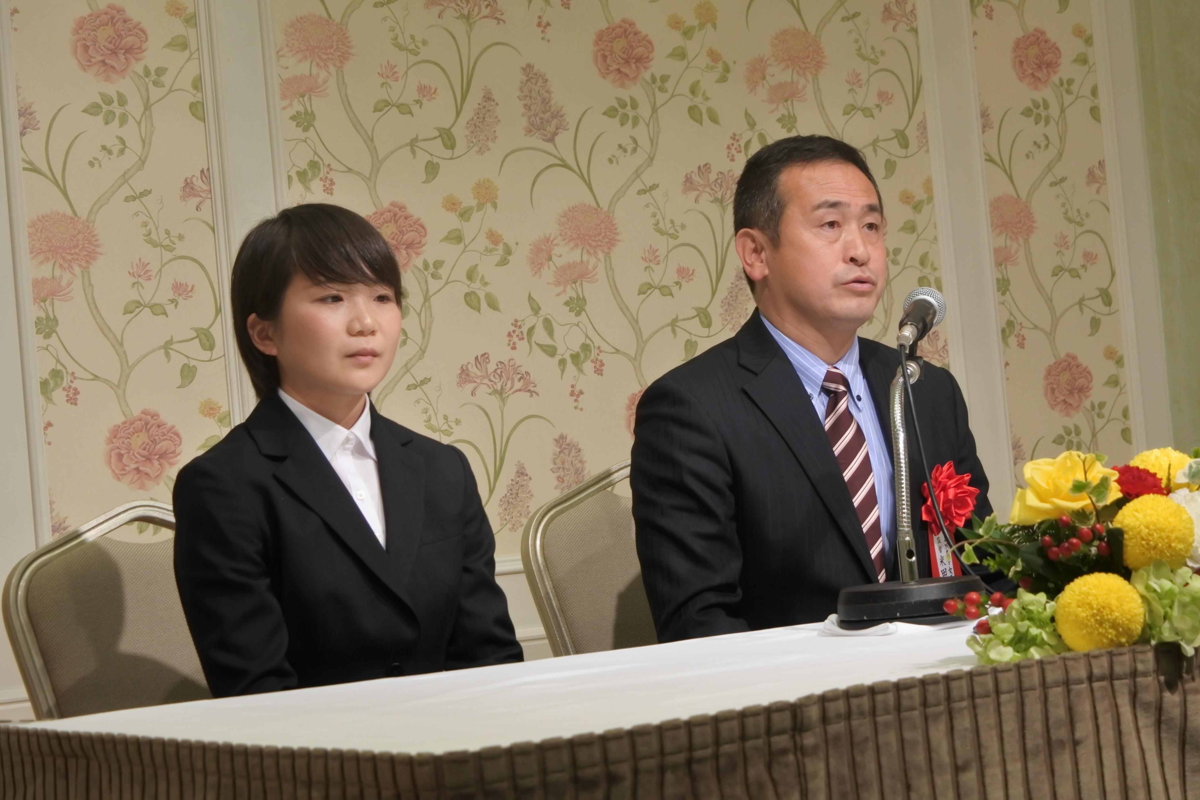 記者会見で「2連覇・2冠」への決意を述べる米田監督(右)