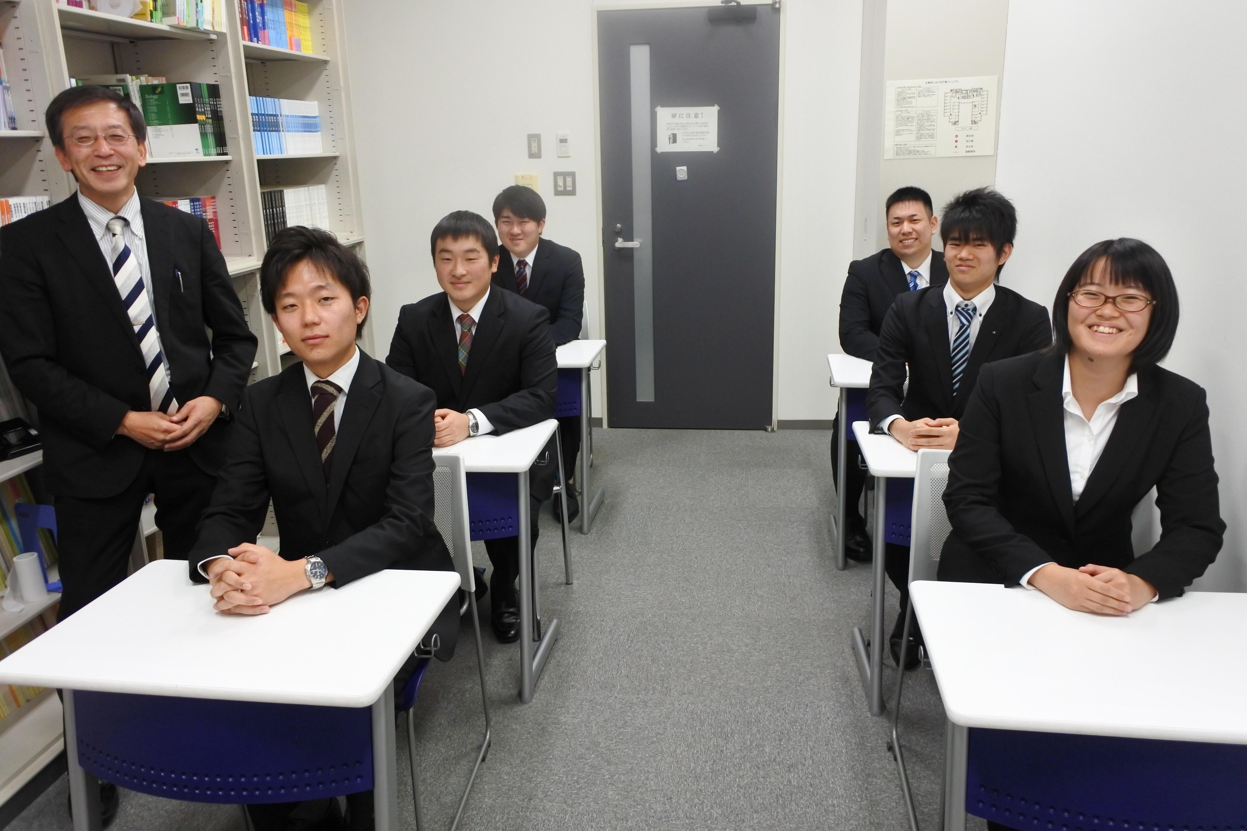 天白キャンパス・タワー75の教職学習室に集まった(右から)村田さん、鳥居さん、谷下さん、榊原有吾さん、三尾さん、榊原伶兼さん、曽山教授