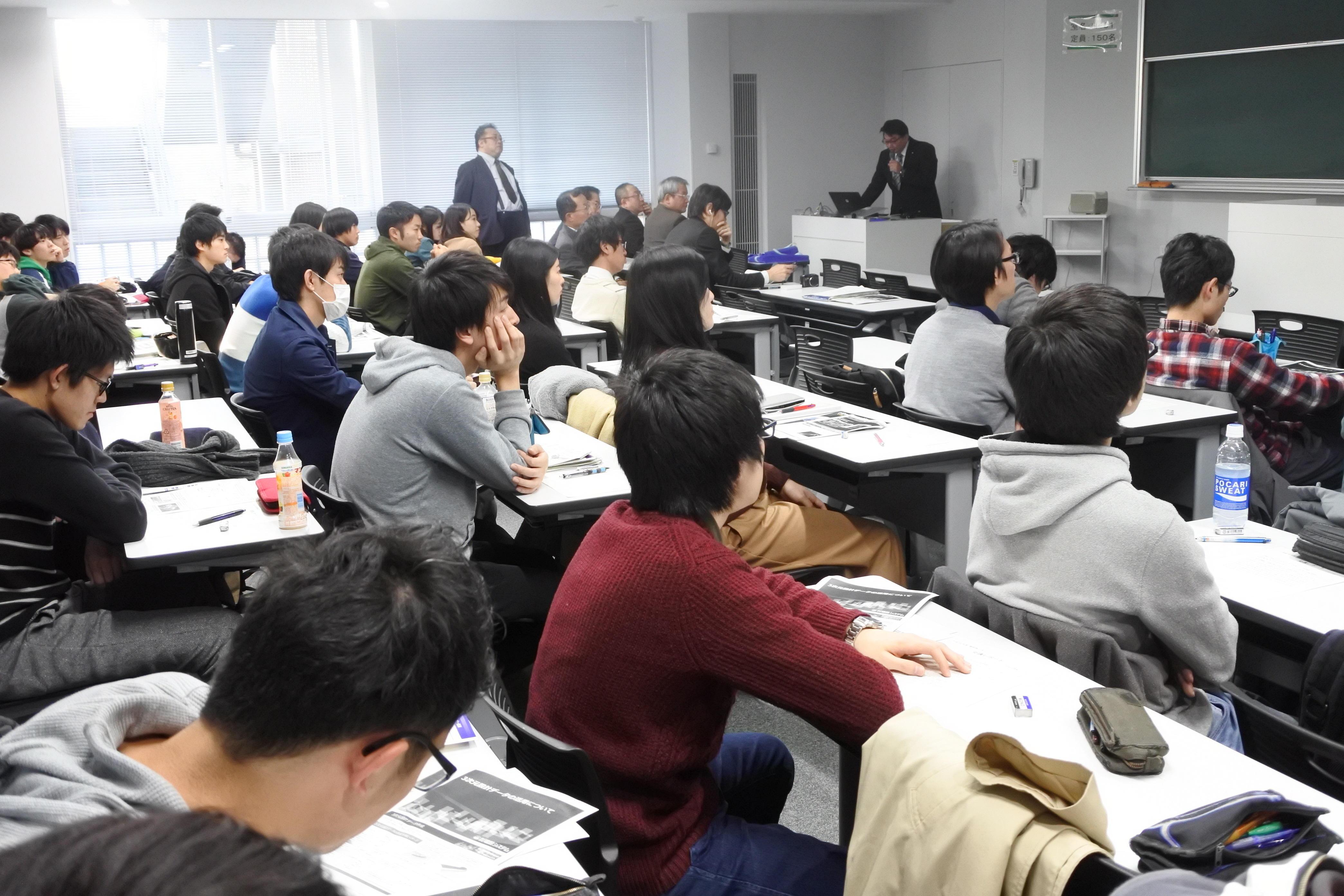 ICT講座を聞く理工学部社会基盤デザイン工学科の3、4年生