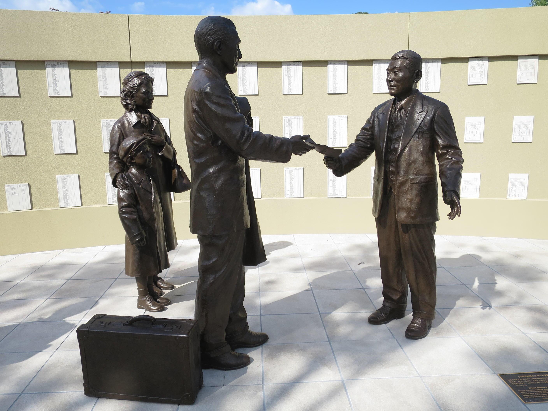 杉原千畝(右)のブロンズ像