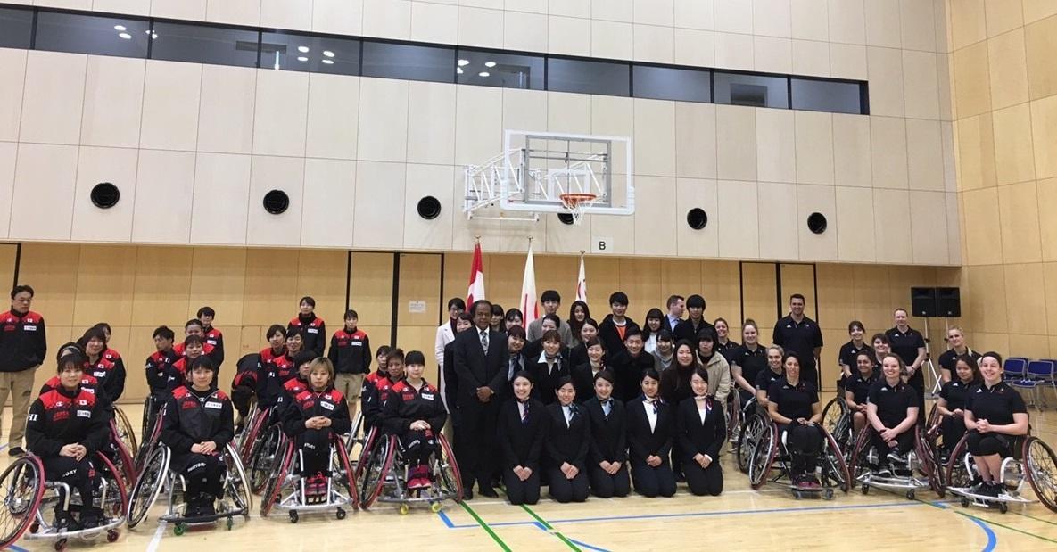 カナダ女子代表チームと日本女子代表チームと学生スタッフ