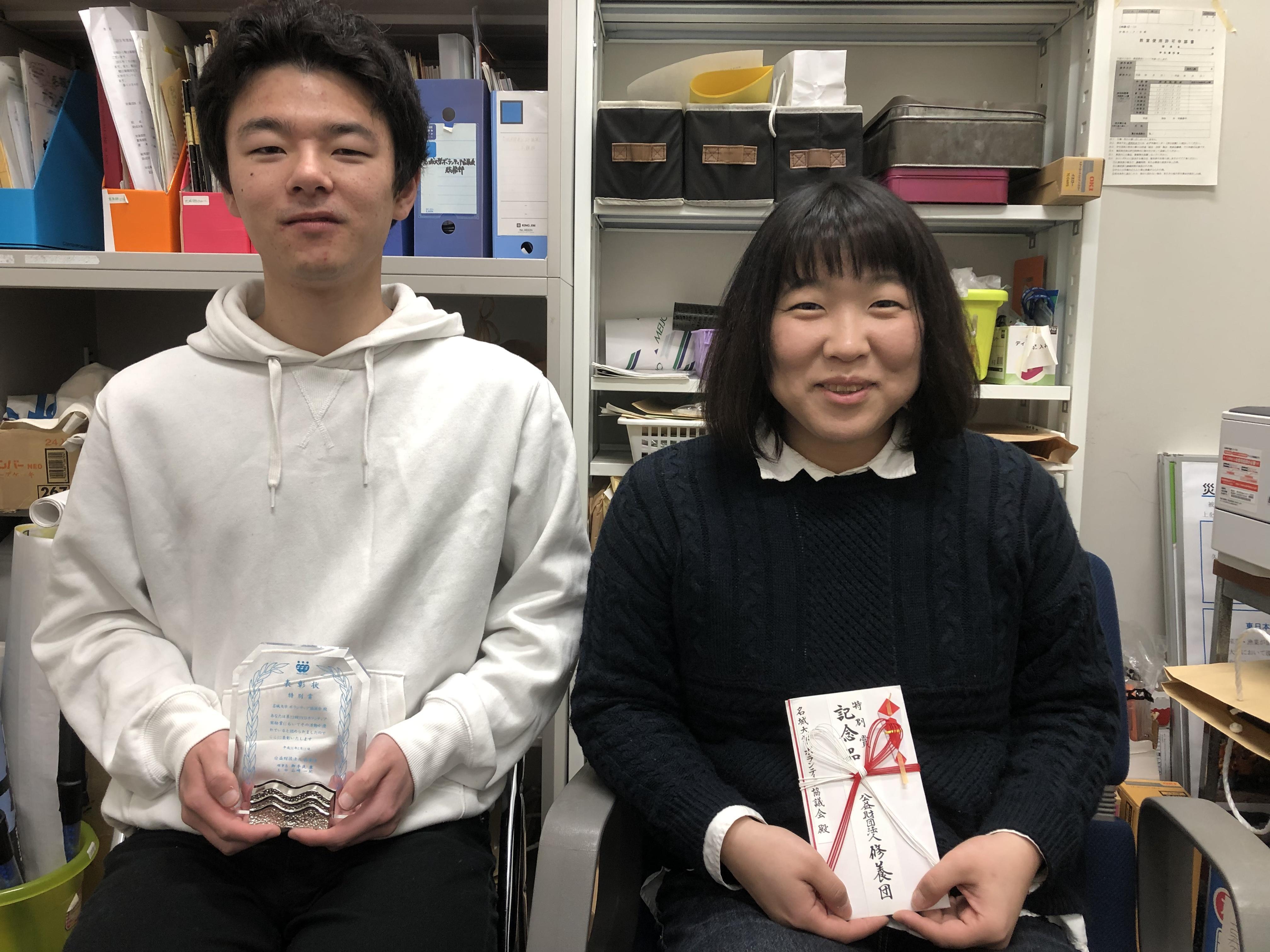 表彰を受けた井本さん(左)と柳さん