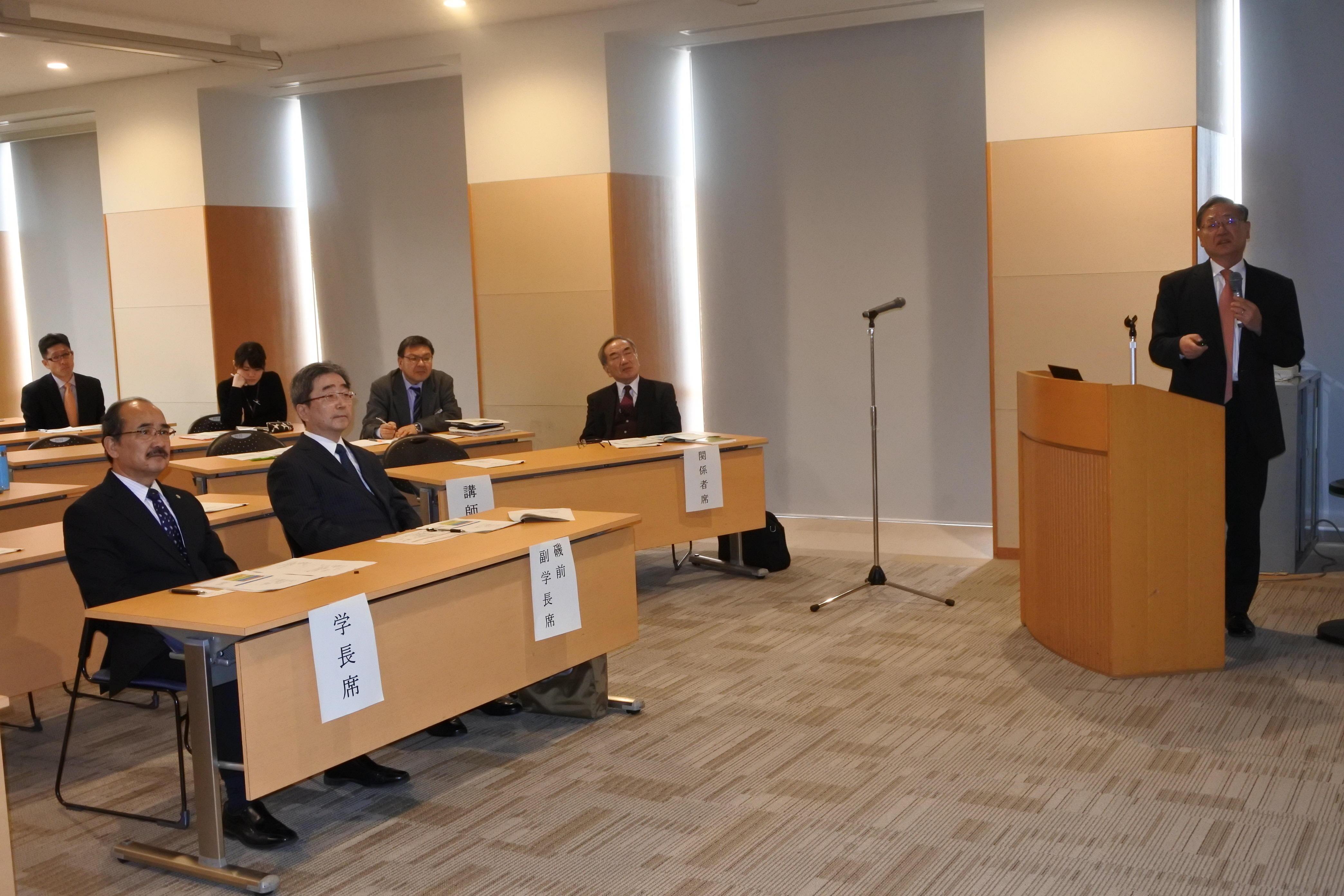時宜にかなった講演に聞き入る吉久光一学長(最前列左)ら