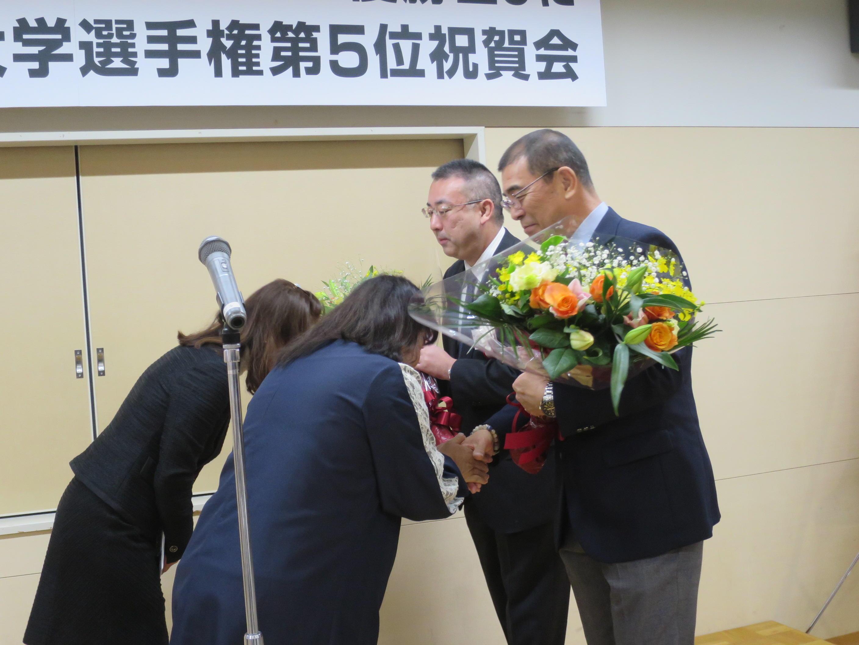 花束を受ける槇野監督(右手前)と高山部長(右奥)