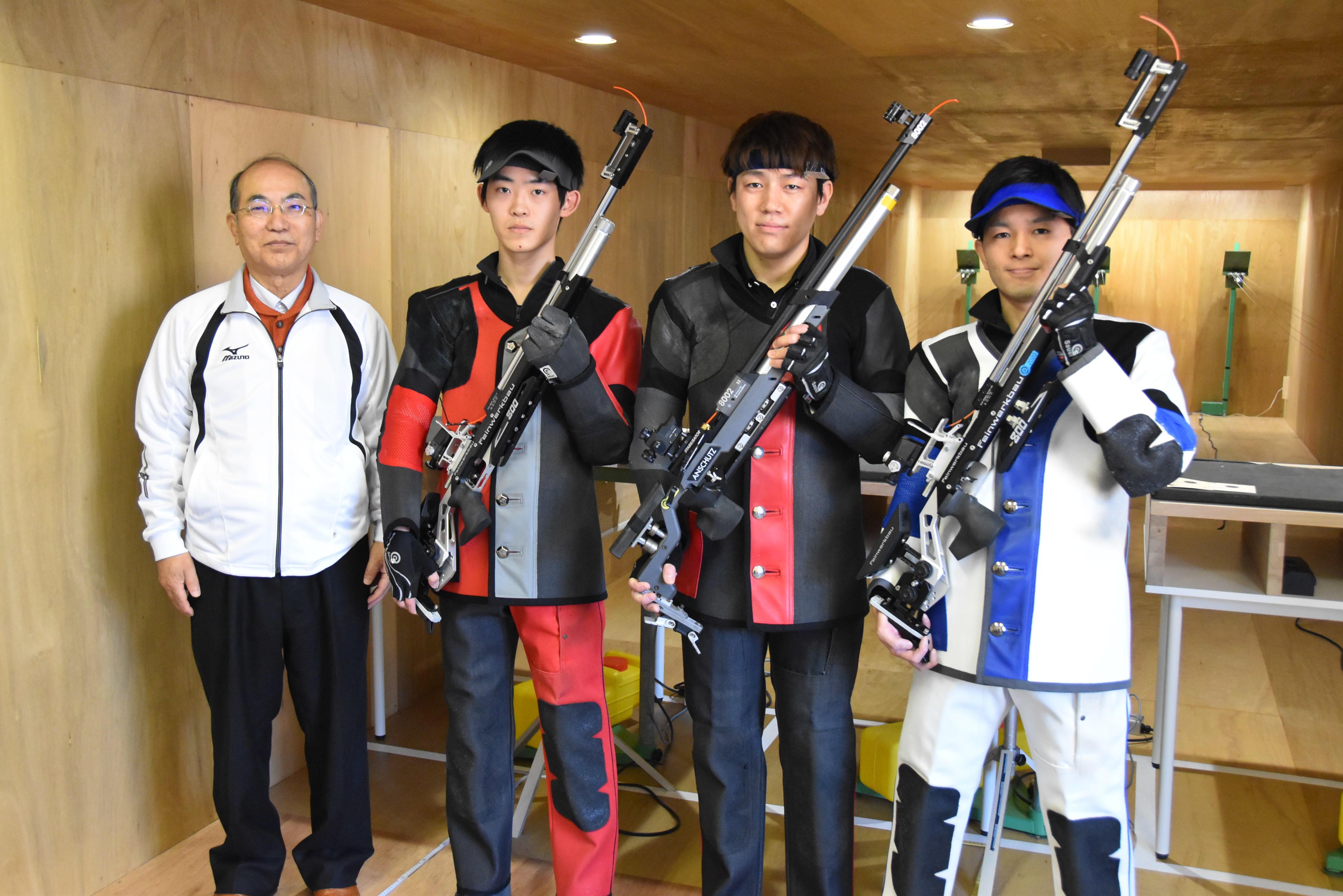 部長の深谷実理工学部准教授(左)とライフル射撃部の学生ら