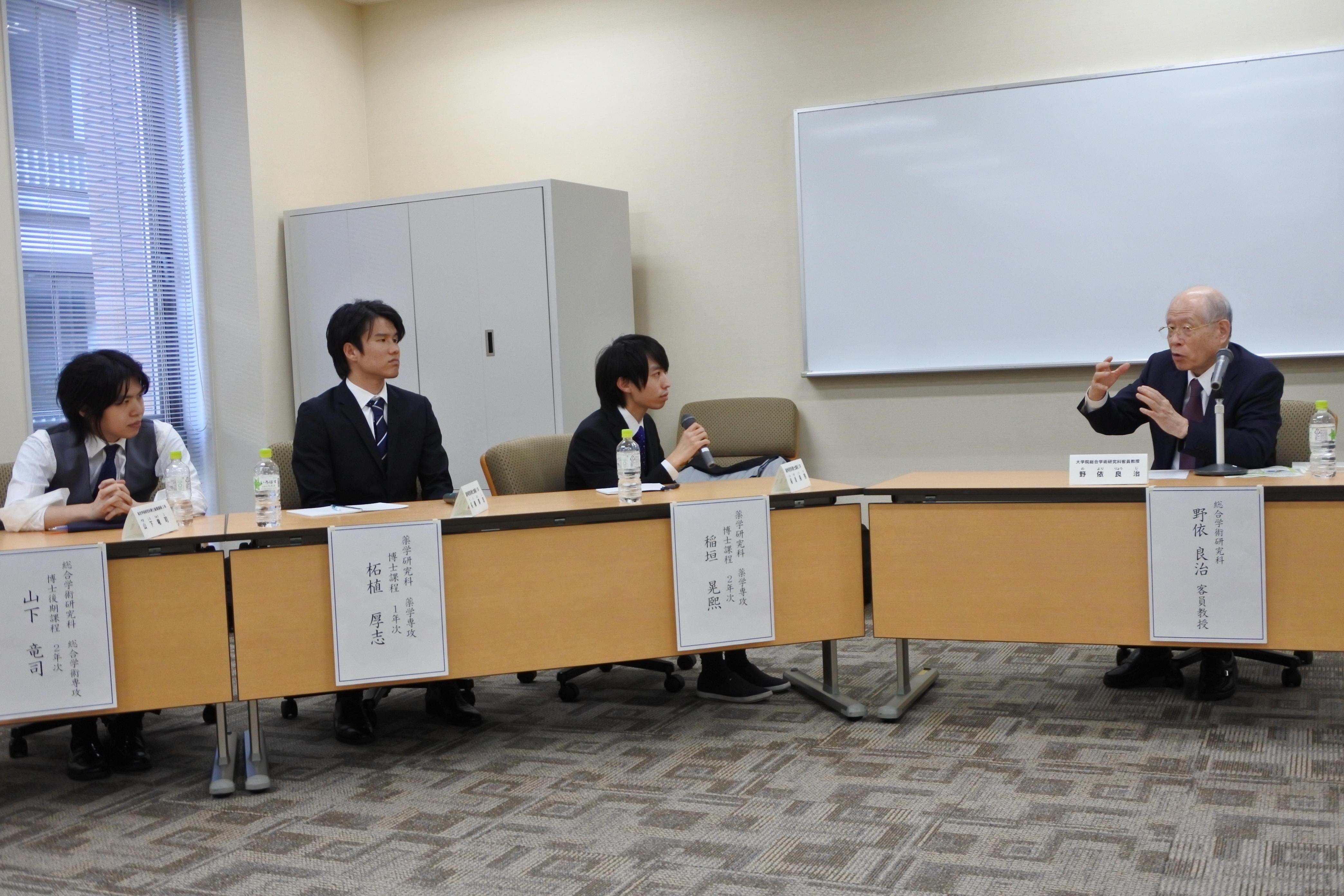 (右から)野依客員教授、稲垣さん、柘植さん、山下さん