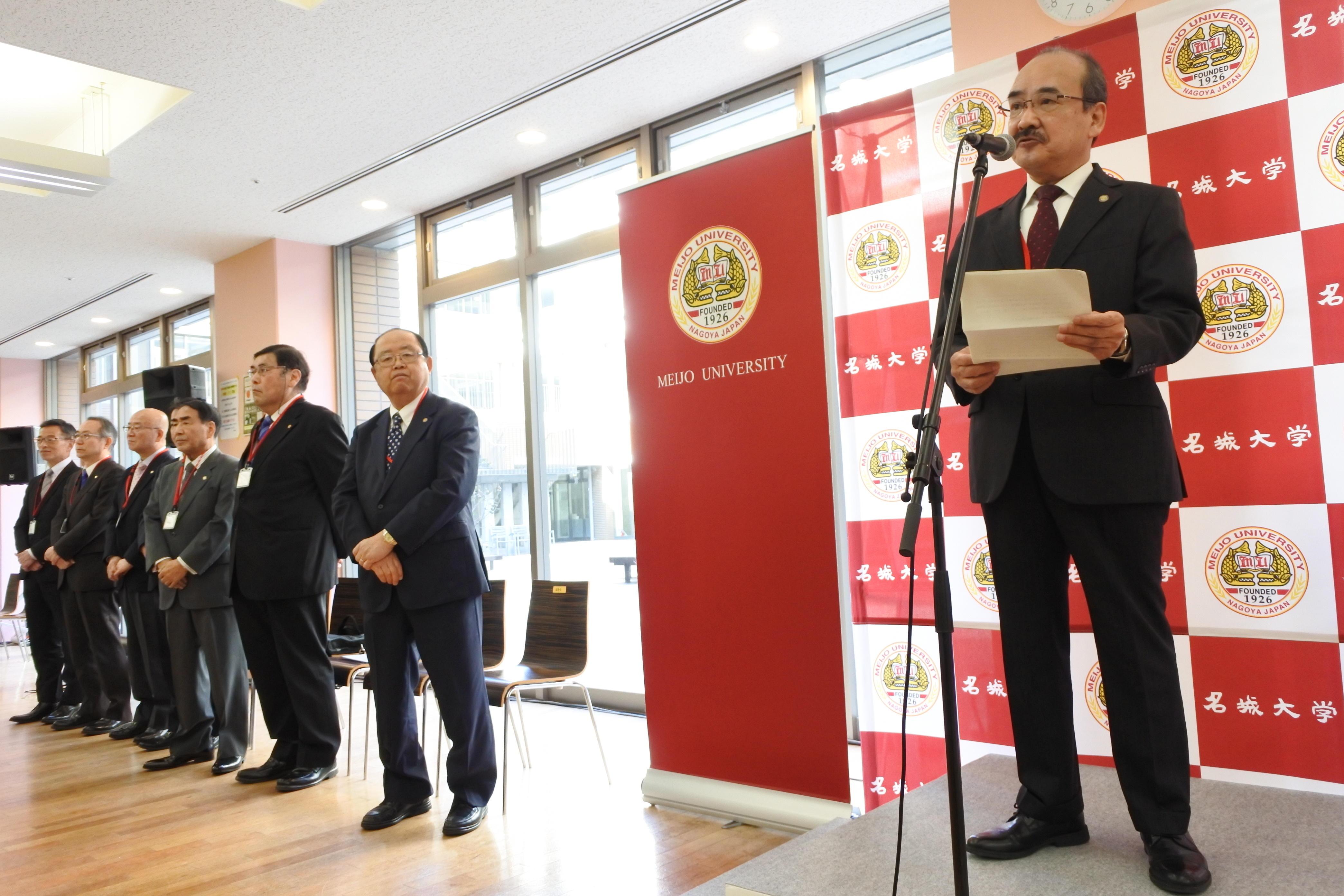 開会あいさつで大学のトピックスを紹介する吉久光一学長(右端)